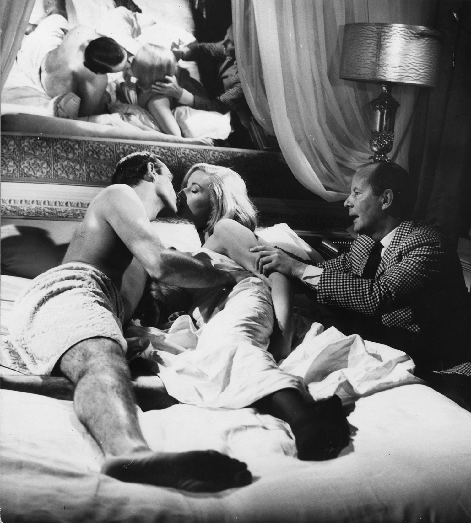 """Даниела Бианки, Шон Конъри и Теренс Янг на снимачната площадка на """"От Русия с любов"""", 1963 година"""