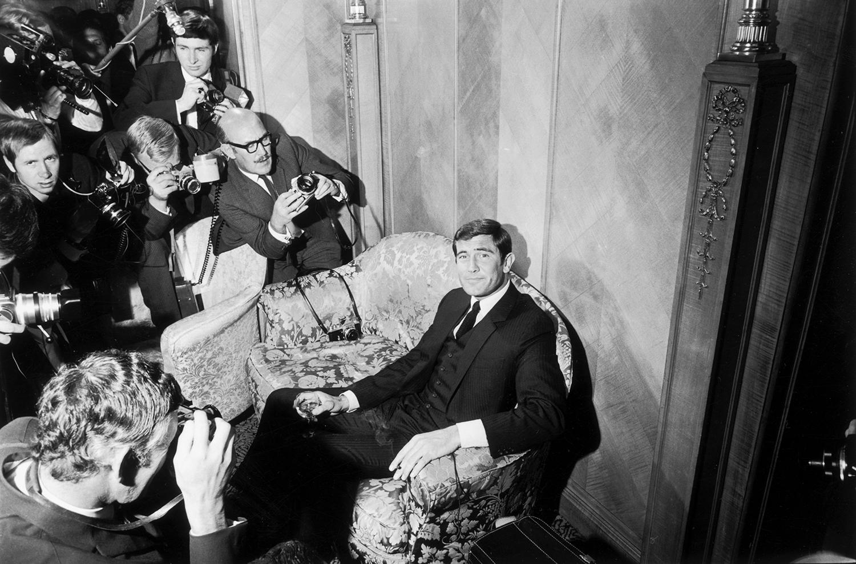 Джордж Лейзънбипозира за камерите на прием в хотел Дорчестър, Лондон.