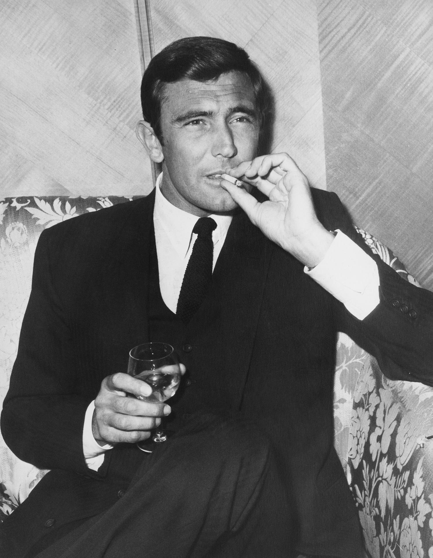 """АктьорътДжордж Лейзънби  на прием в хотел """"Дорчестър"""" в Лондон, за да представи предстоящата си роля на Джеймс Бонд във филма """"Тайната служба на нейно величество"""", 1968 г."""