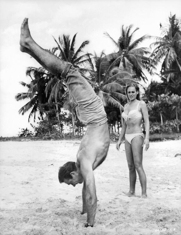 "Шон Конъри и Урсула Андерс на снимачната площадка на ""Доктор Ноу"""