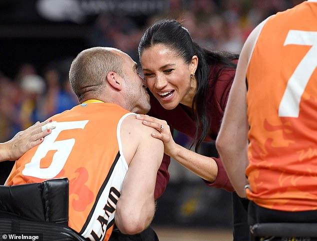 За скромен финал снимка на целувката между холандски баскетболист и херцогинята на Съсекс Меган по време на последните Invictus Games, когато отборът на Холандия спечели сребърни медали, падайки от САЩ. Бременната съпруга на принц Хари връчи медалите, ръкувайки се с всеки спортист, но специално я изненада този, който я разцелува. В Холандия, целувките за поздрав са съвсем обичайни, и макар че жестът често включва три целувки, Маркъл получи само една!
