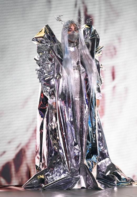 Лейди Гага в гащеризон и парелина от Valentino Haute Couture