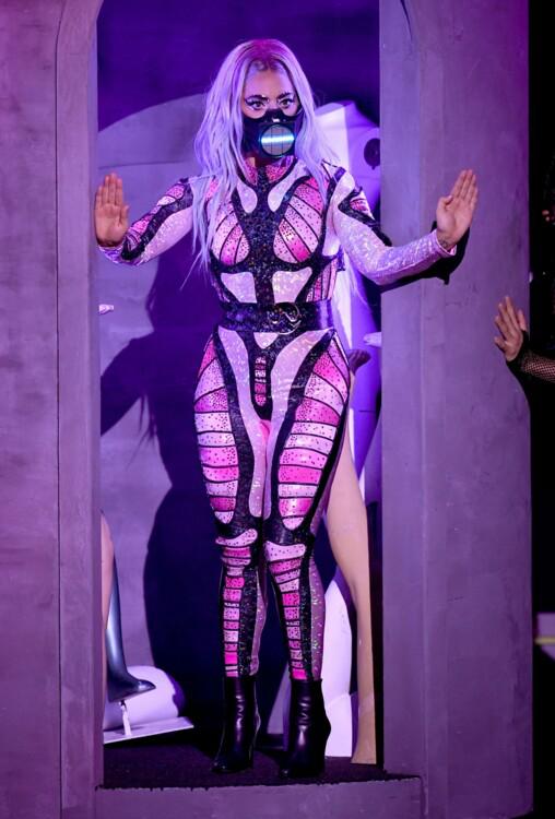 Лейди Гага в костюм от BCALLA и обувки Saint Laurent