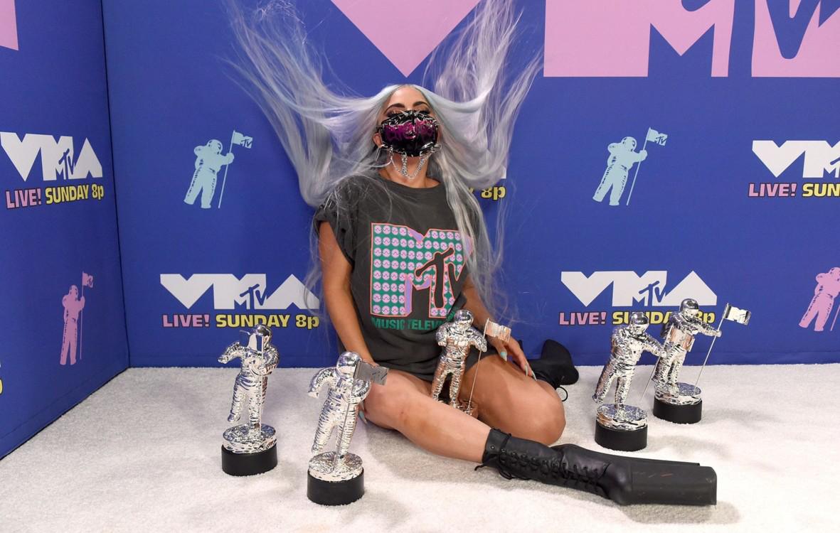 Лейди Гага с фланелката на MTV VMAs x Chromatica
