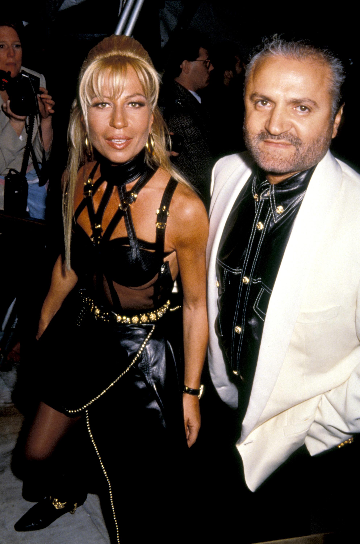 1993 година В първите няколко години от шумния успех на Versace Донатела остава музата в сянка; най-верният консултант на най-горещият дизайнер на 80-те и 90-те. След дълги убеждения от страна на Джани, 38-годишната тогава Донатела приема поканата да бъде официален гост на MET Gala-та през същата година. Роклята от снимката е част от колекцията на брат й Miss S&M (1992). Този модел не само увековечава бандажните мотиви и майсторската ръчна изработка, която прославя Джани, но и заковава публичния образ на Донатела - такъв, какъвто го познаваме и до днес.
