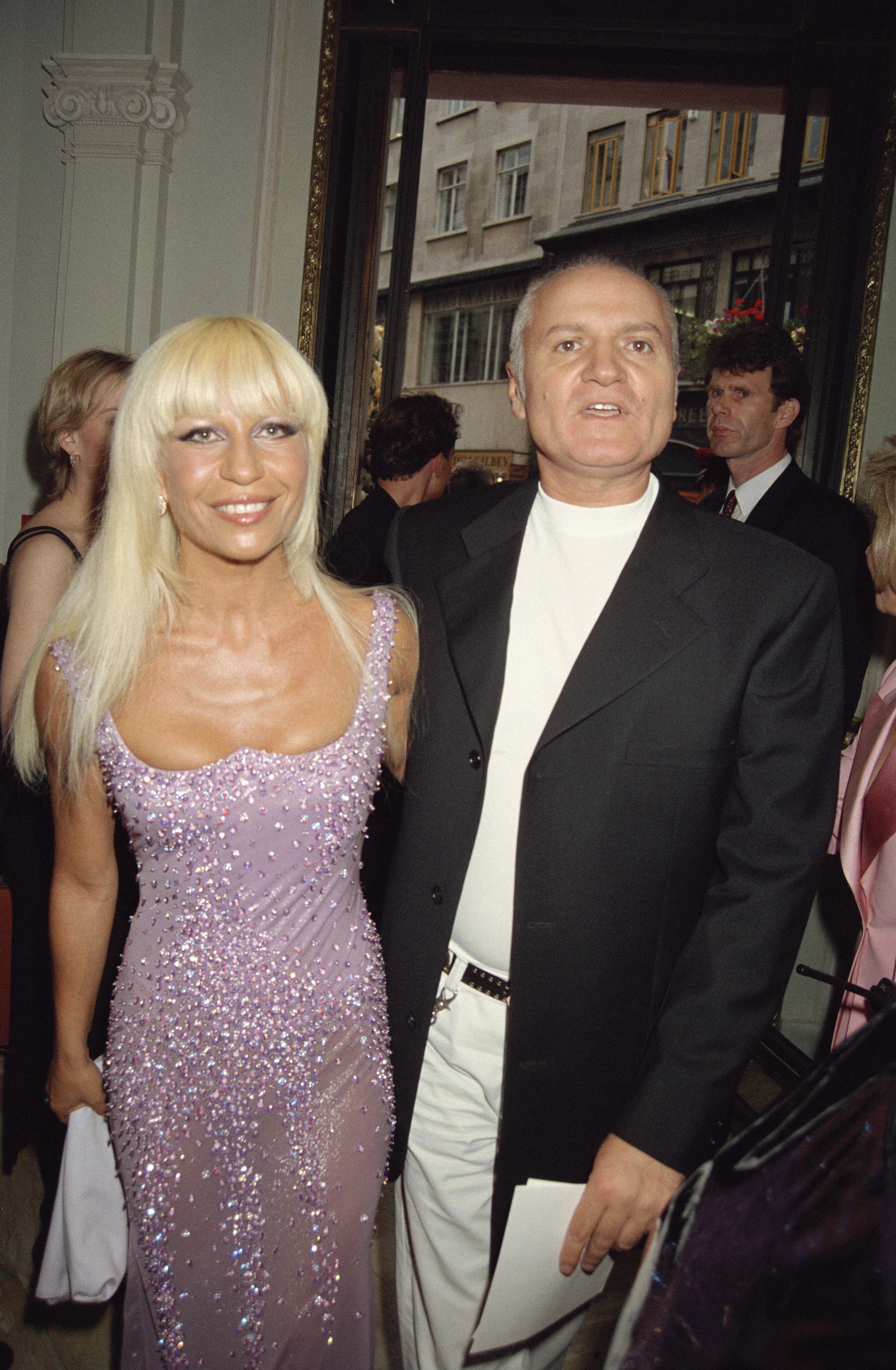 1995 година Джани и Донатела на излизане от едно от разточителните партита на Елтън Джон в Лондон. Брат и сестра стават особено желани гости на всяко светско събитие, но в действителност дуото е парти дуо, много преди да бъде модно дуо. От разкази на Донатела разбираме, че брат й я вкарвал в нощни клубове още на 11 години.