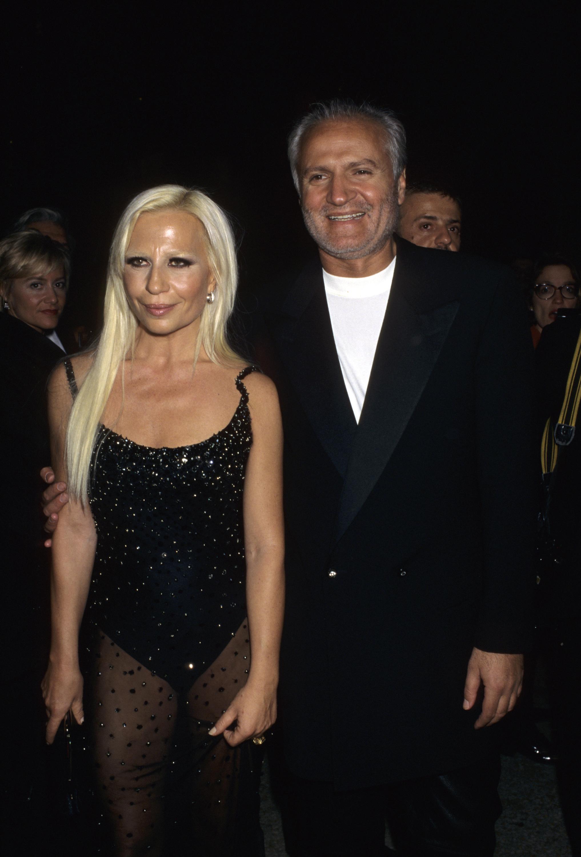 1995 година Сравнително изчистена линия следват облеклата на Джани и Донатела на MET Gala-та през 1995-та.