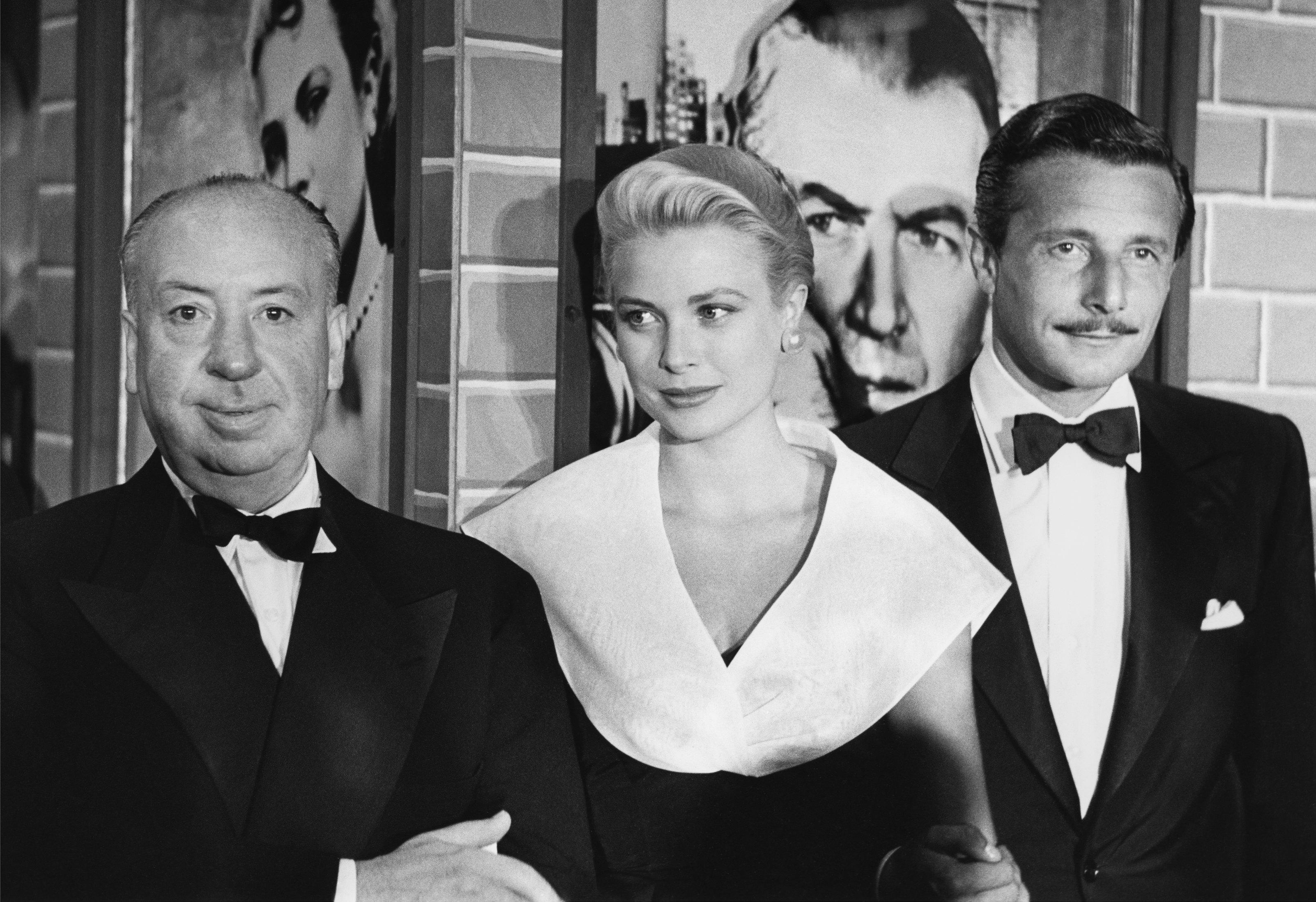 Хичкок, Грейс Кели и дизайнерът Олег Касини на премиерата на Rear Window, 1959