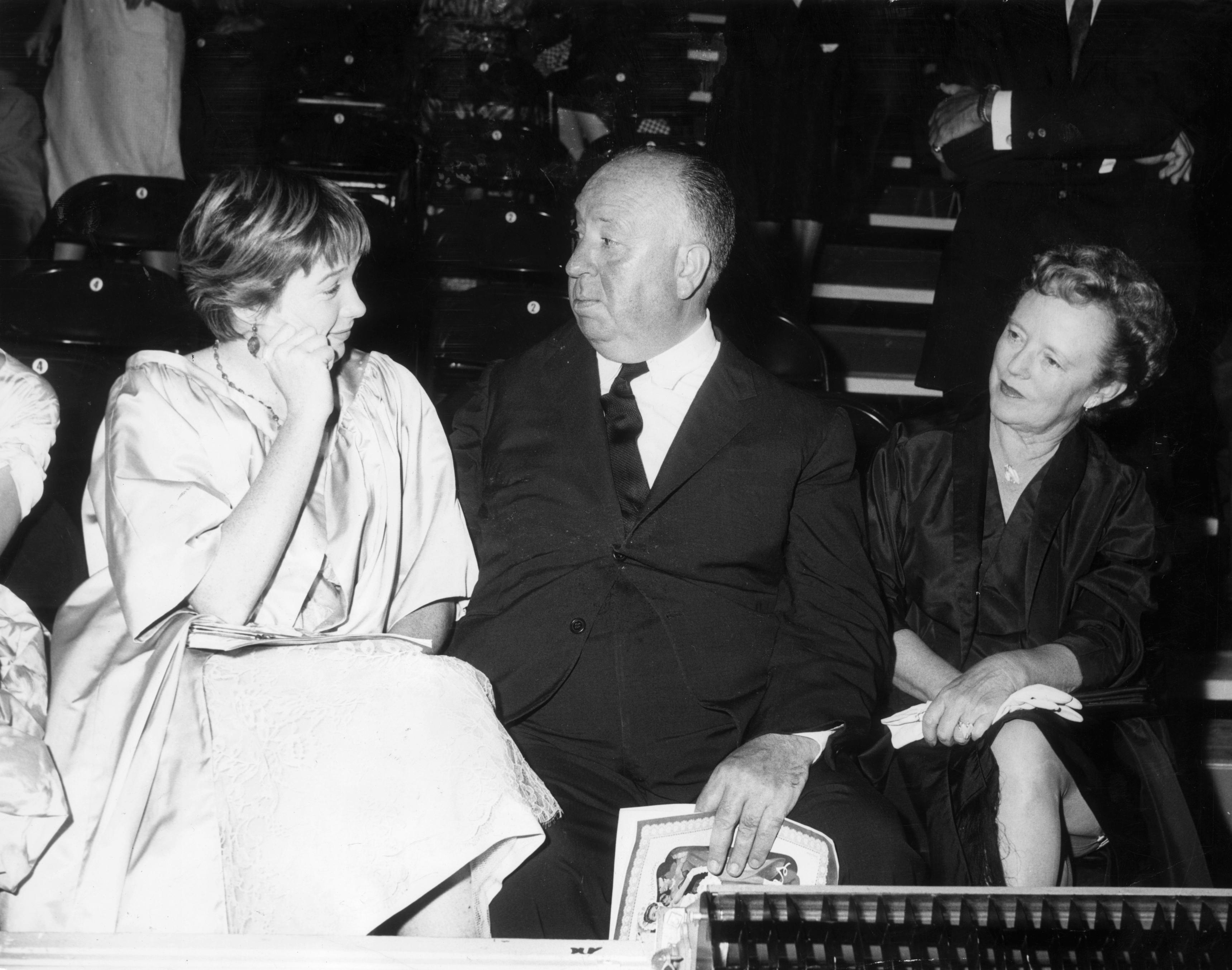Хичкок със съпругата си Алма (вдясно) иШърли Маклейн (вляво), 1955
