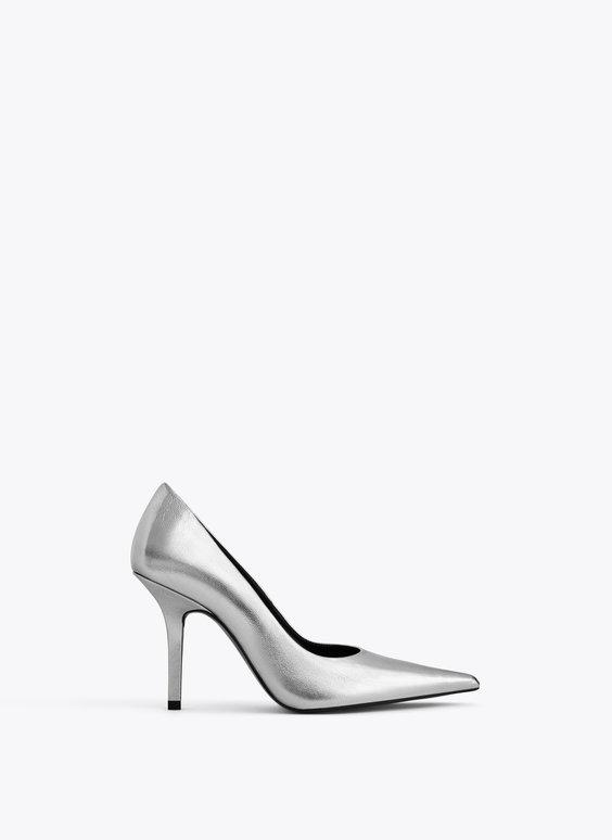Обувки Uterque от 220 на 140 лв. Металик стилетото са следващият аксесоар, от който силно се нуждаем това лято. Избираме ги в класически силует и стандартен 10 см, ток, за да издържим от сутрин до вечер безпроблемно.