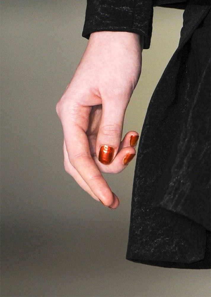Червен лак за нокти