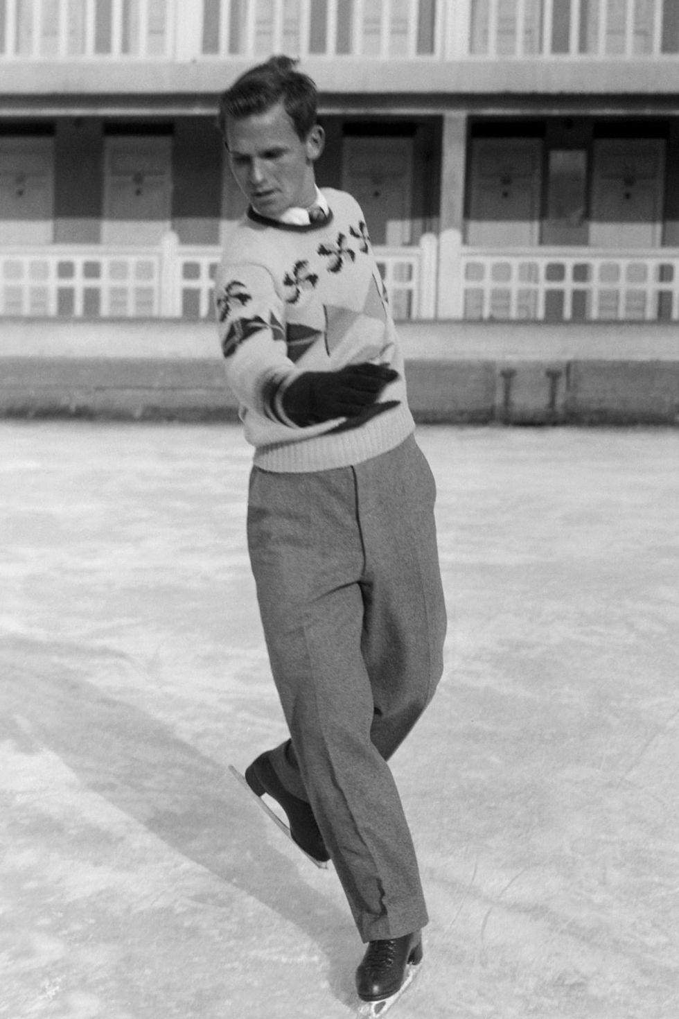 1948: Дик Бътън Фигуристите нямат опцията да се пързалят в спандекс преди 70 години поради простата причина, че материята още не е измислена по това време. Ето защо Дик Бътън си осигурява златенния медал в Санкт Мориц, Швейцария, облечен в плисиран панталон и дебел пуловер. Явно е толкова доволен от аутфита си, че го повтаря след 4 години в Осло.