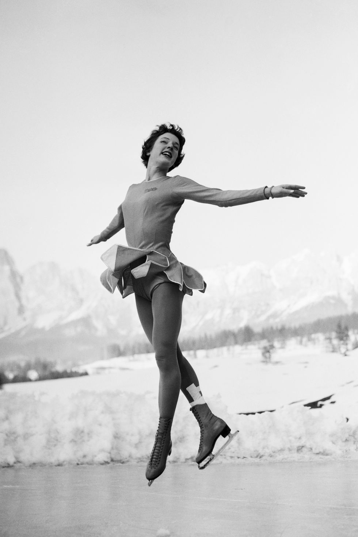 1956: Тенли Олбрайт Преди Олимпийските игри да имат арени на закрито, всичко се случва навън, заради което спортисти като Тенли Олбрайт трябва, освен на конкуренцията, да се опълчат и на студа - фигуристката все пак изглежда удобно в панелната си рокля с дълъг ръкав.