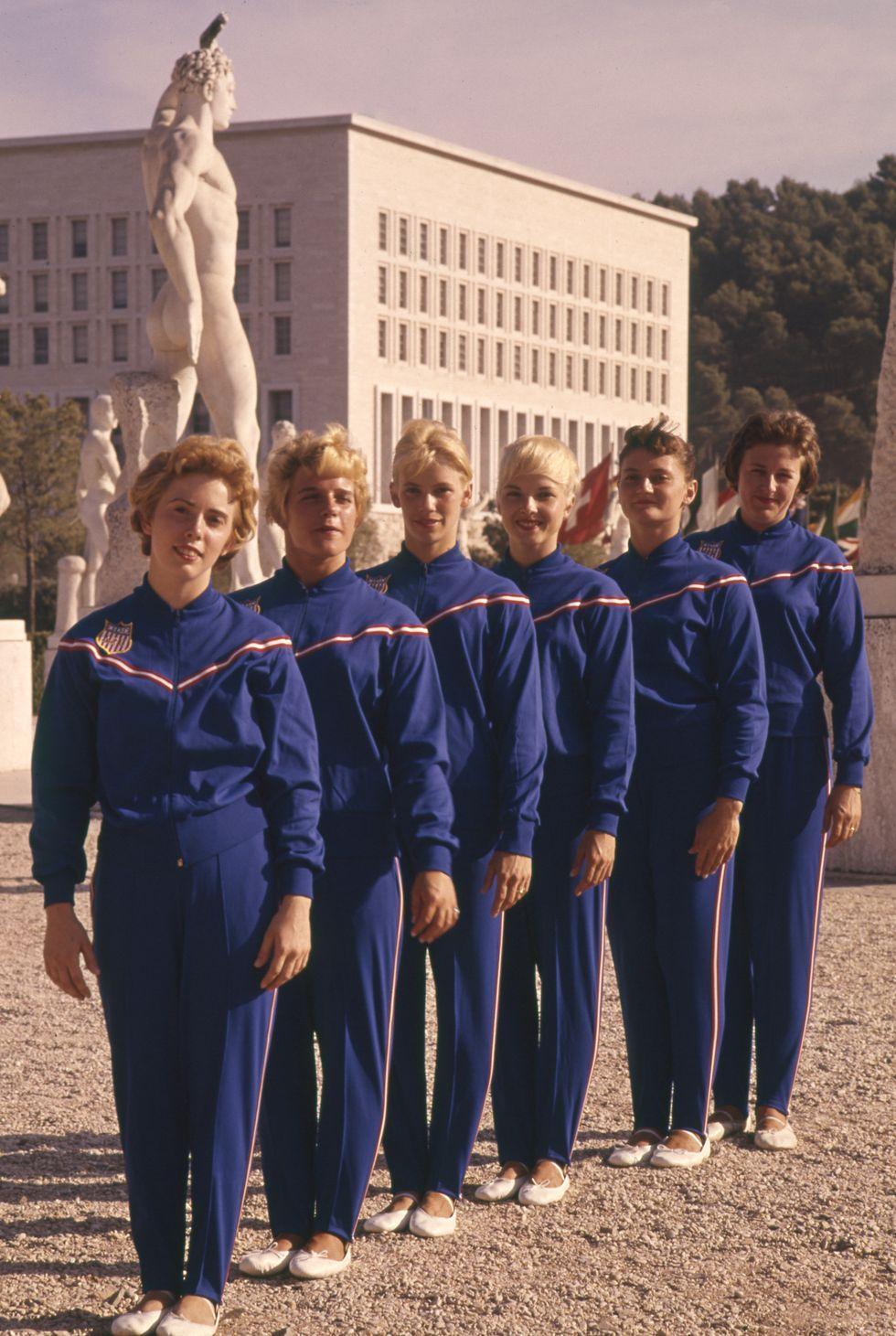 1960: Женският отбор на Америка Дамите на Америка изглеждат обединени и готови за победи в тъмносините си анцузи за пристигането в Рим, we like.