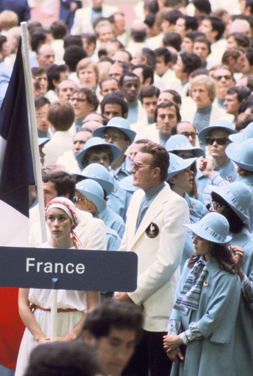 1976: Френският олимпийски отбор Това не е сцена от Хари Потър, а френската делегация в шапки и наметки в бебешко синьо на откриването на Олимпийските игри в Монреал.