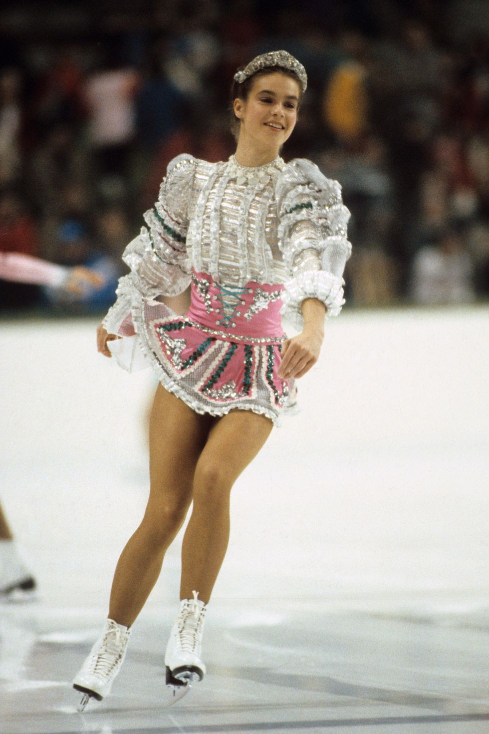 1984: Катарина Вит Фигуристката на Източна Германия обича да покорява с костюмите си - този бляскав аутфит и тиарата помагат за победата й в Югославия през 84-та, което е и първата Олимпиада в социалистическа държава.