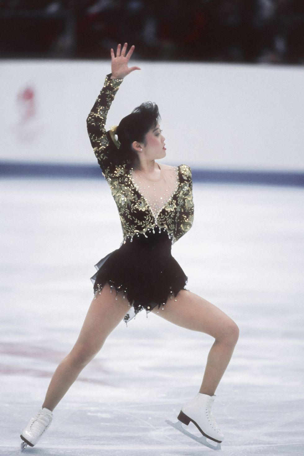 1992: Кристи Ямагучи Роклята в черно и златисто, която Кристи носи на печелившото си представяне в Албервил, се оказва толкова забележителна, че днес е на показ заедно с медала й в музея на Федерацията по фигурно пързаляне в Колорадо Спрингс.