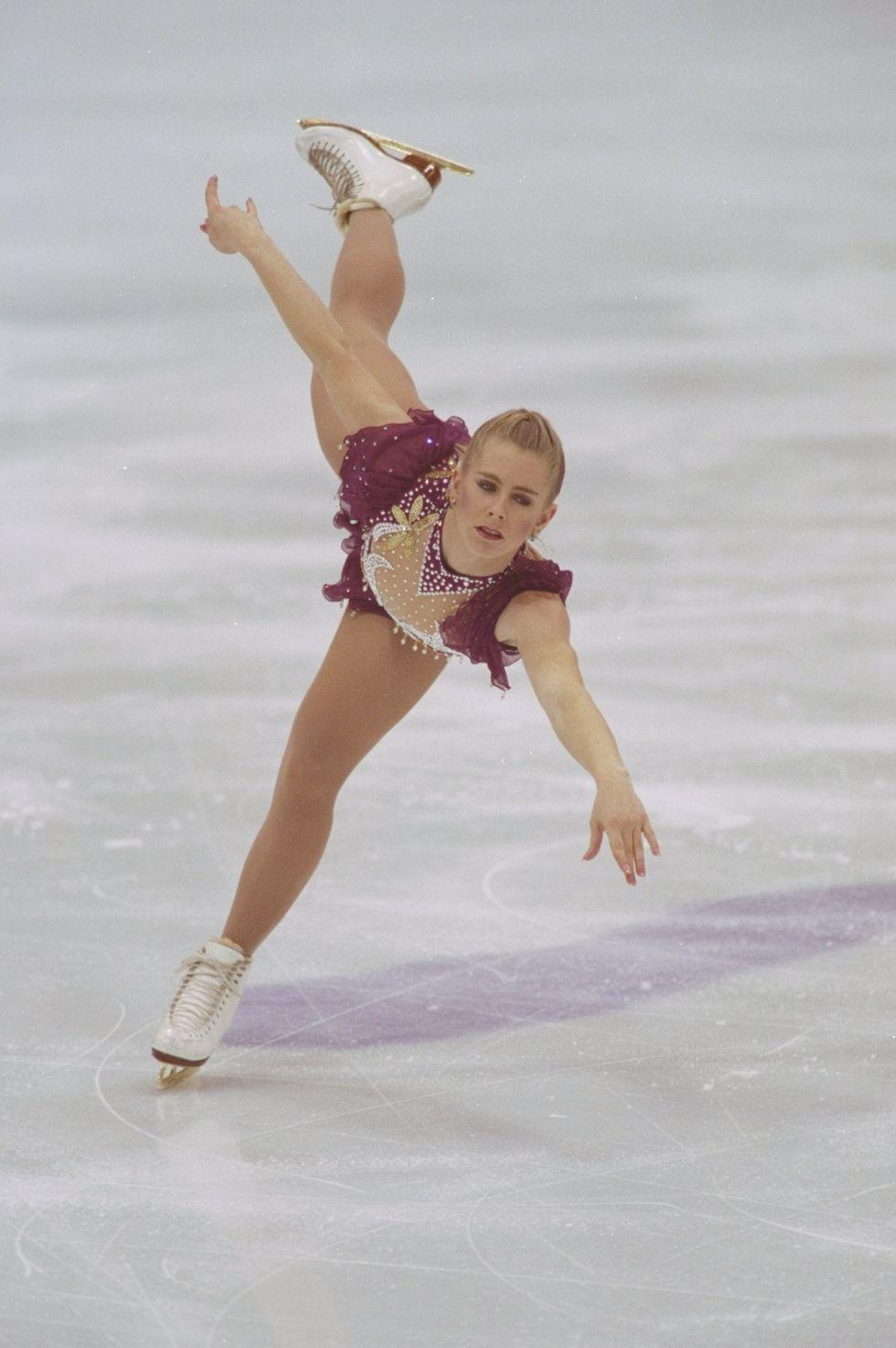 """1994: Тоня Хардинг Всички погледи са насочени към Тоня в Норвегия. Фигуристката, замесена в скандал за нападението на Нанси Кериган, излиза на леда в червено облекло с кристали. Тя се класира на осмо място в състезанието, а няколко месеца по-късно й е забранено да се състезава за цял живот, след като се признава за виновна в участието си в нападението на Нанси. Всичко за сагата разбираме от култовия филм """"Аз, Тоня""""."""