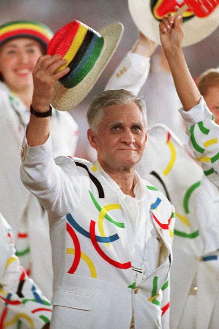1996: Руският национален отбор Отборът на Руската федерация се разхожда на парада в чест на откриването на Игрите в Атланта в бели костюми с бродирани емблематичните кръгове на Олимпиадата. Това е и първата година, в която държавата се състезава самостоятелно след разпада на Съветския съюз.