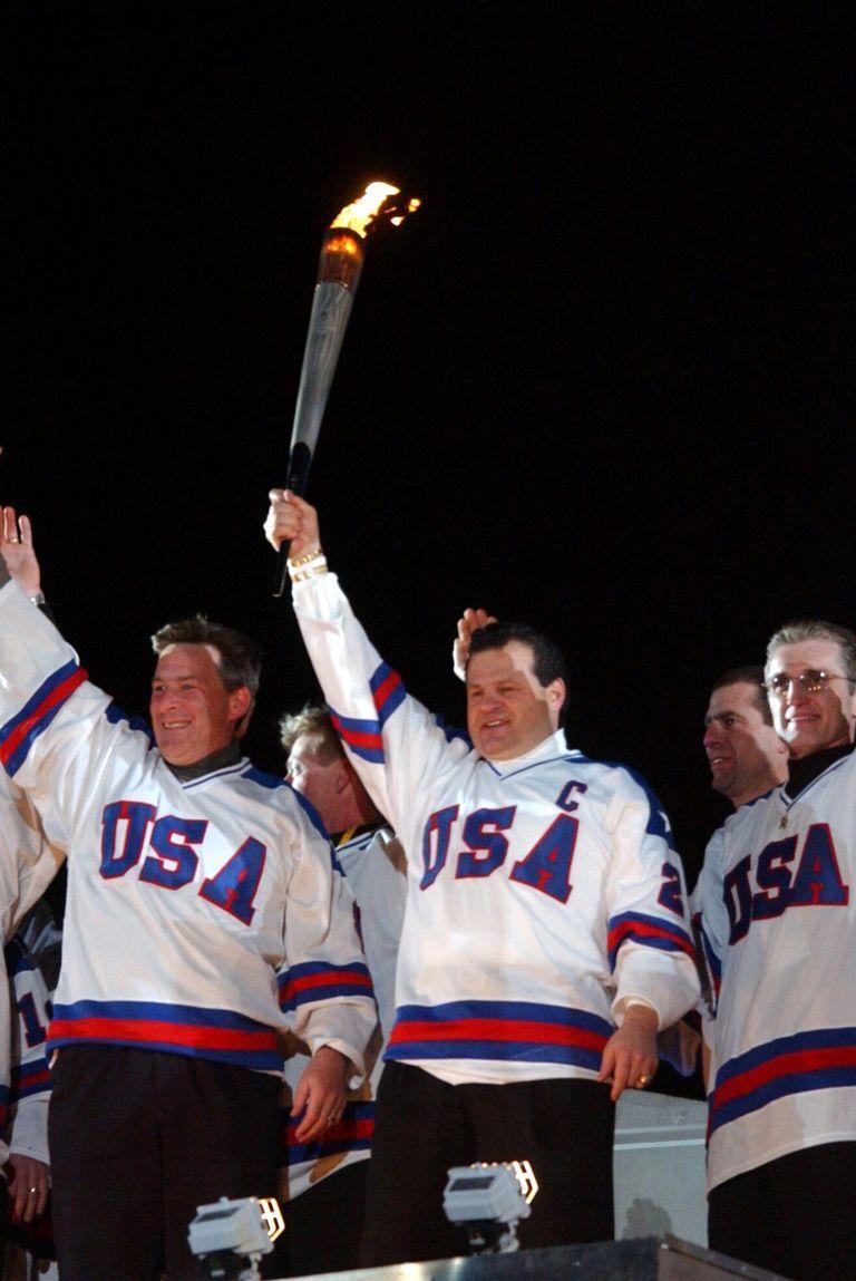 2002: Американският отбор по хокей от 1980 Америка кани бившия си хокеен отбор да запали факлата на Зимната Олимпиада през 2002. Отборът-първенец облича същите екипи от емблематичната си победа срещу Съветския Съюз.