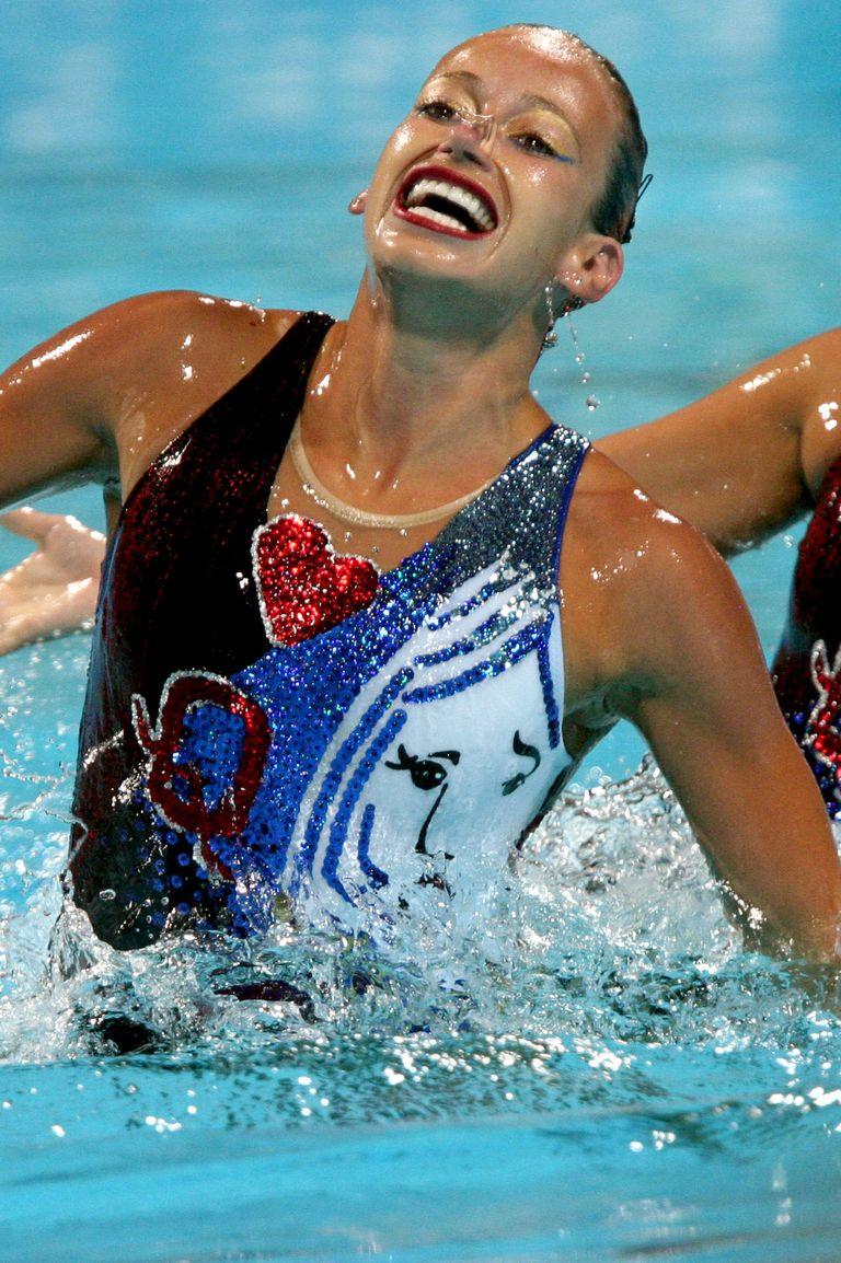 2004: Отборът по синхронно плуване на Канада Синхронното плуване е спорт, известен с бляскавите си костюми, но дори в този случай, тоалетите на кандаките, състезаващи се по двойки, грабват окото. Макар и без победа, момичетата тогава изглеждат кралски според одеждите си.