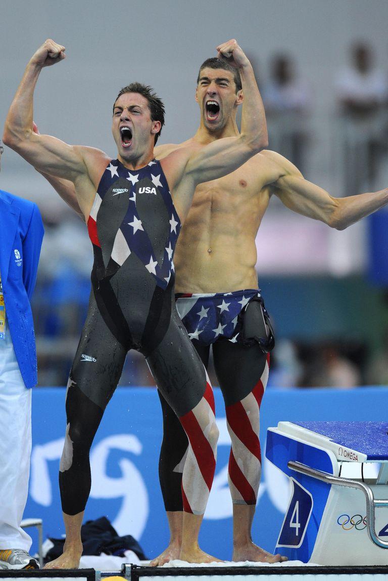 2008: Майкъл Фелпс В Пекин плувецът поставя исторически рекорд в тази патриотична униформа.