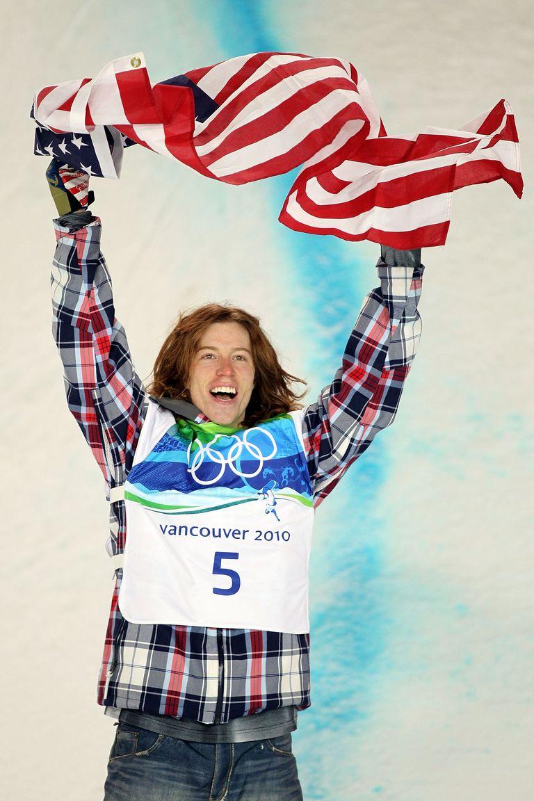 """2010: Шон Уайт Шон Уайт или """"Летящият домат"""" печели златен медал на Зимната Олимпиада, облечен в ски панталон, изглеждащ като широки дънки с цепки и карирано яке - аутфитът му е наричан """"анти-униформа""""."""