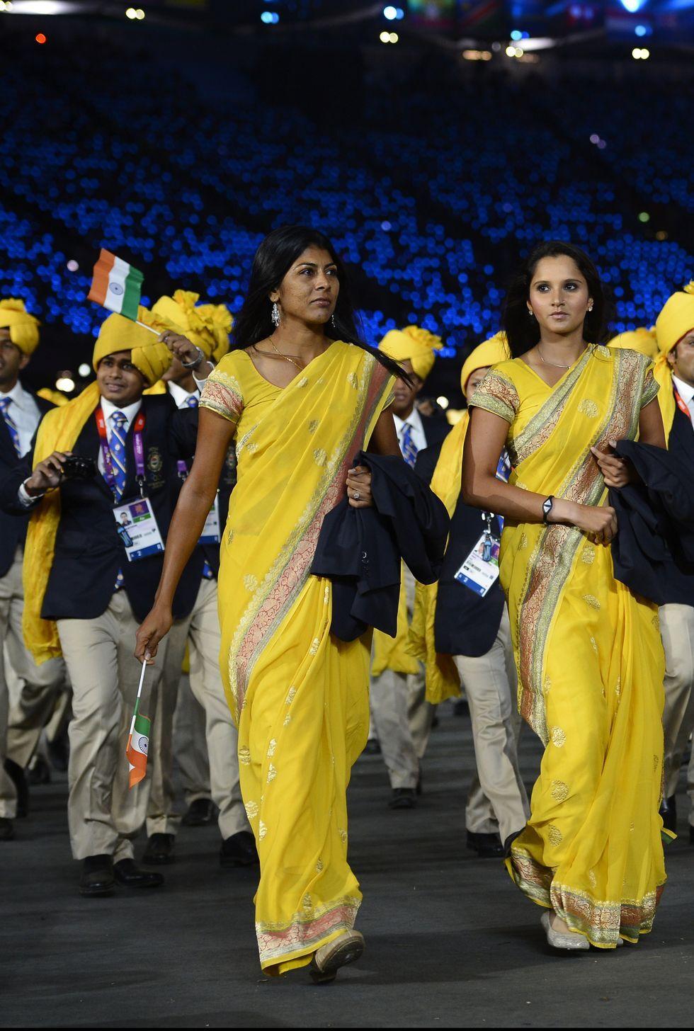 2012: Индия Олимпийският отбор на Индия се откроява по време на парада на церемонията по откриването в ярко жълти униформи в традиционен стил.