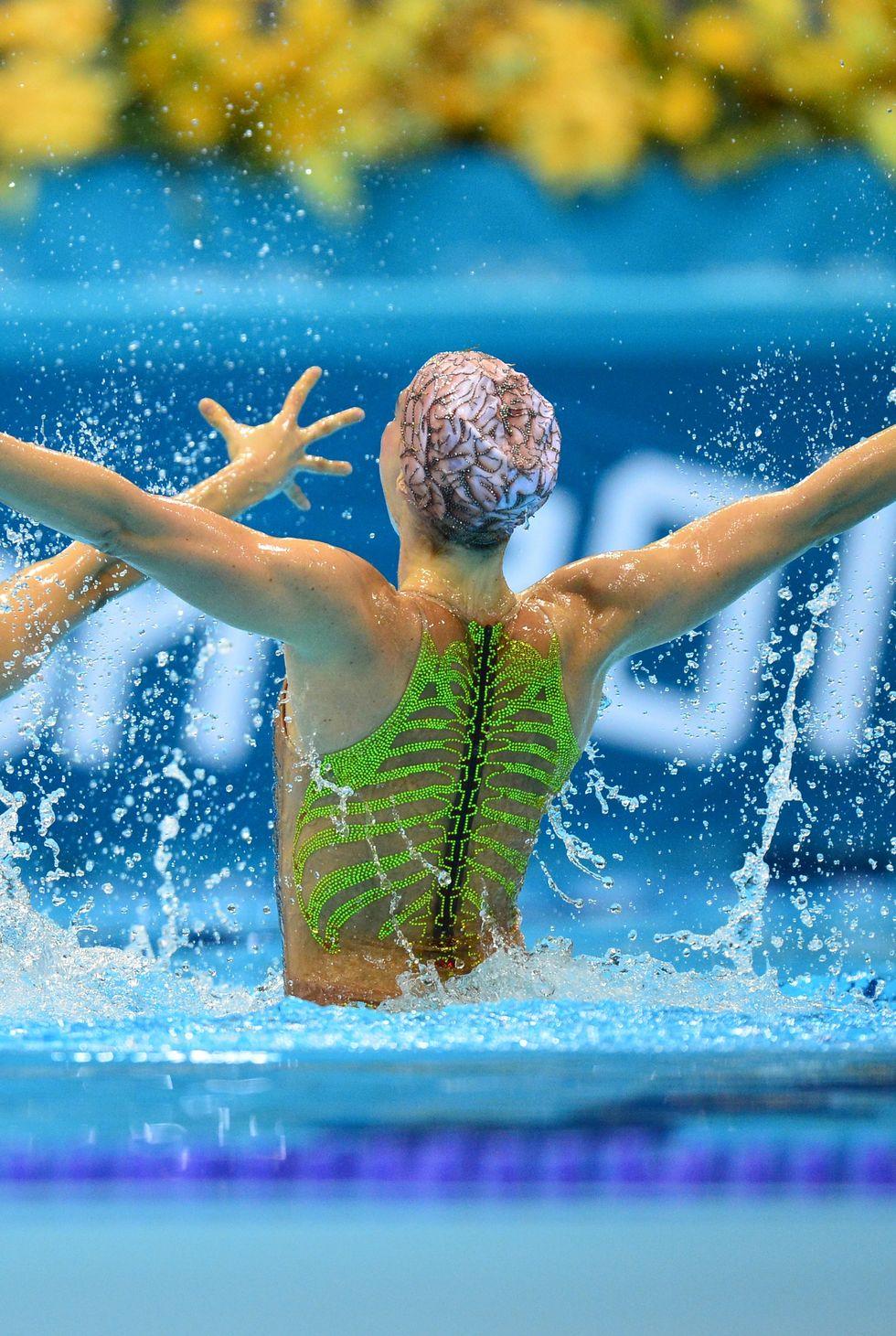 2012: Синхронните плувкини на Бразилия Лара Тейшейра и Наяра Фигейра плуват в двойка и смело избират тоалетите си за Олимпиадата. Предната част на костюмите изобразява сърце, задната - ребра, а шапките - мозъци.