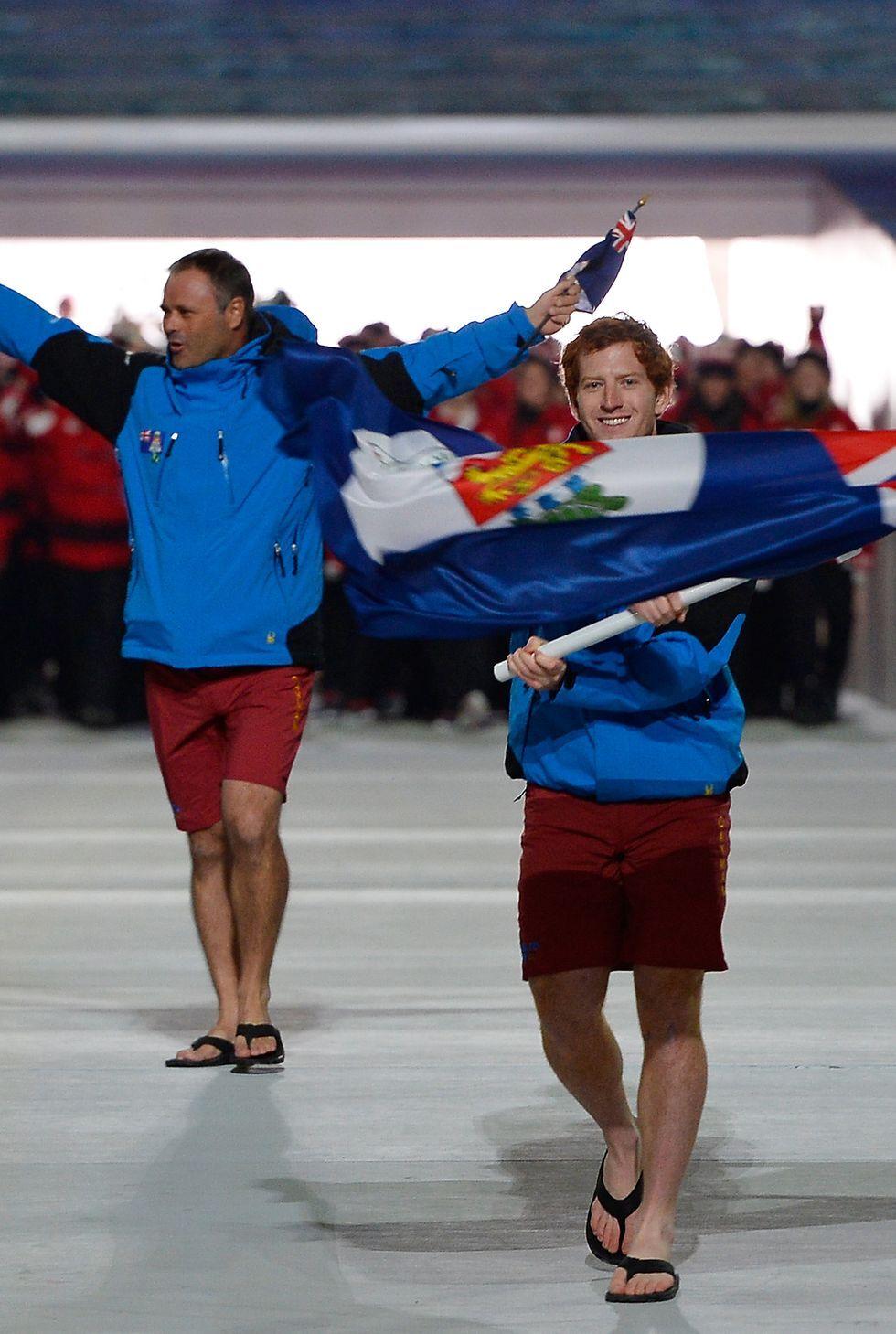 2014: Олимпийците от Каймановите остров Островитяните и зимните спортове не са типично съчетание, но момчетата доказват, че плажът може да се занесе навсякъде - дори в ледена Русия. Отборът озадачава зрителите на откриването с къси панталони, джапанки и ски якета.