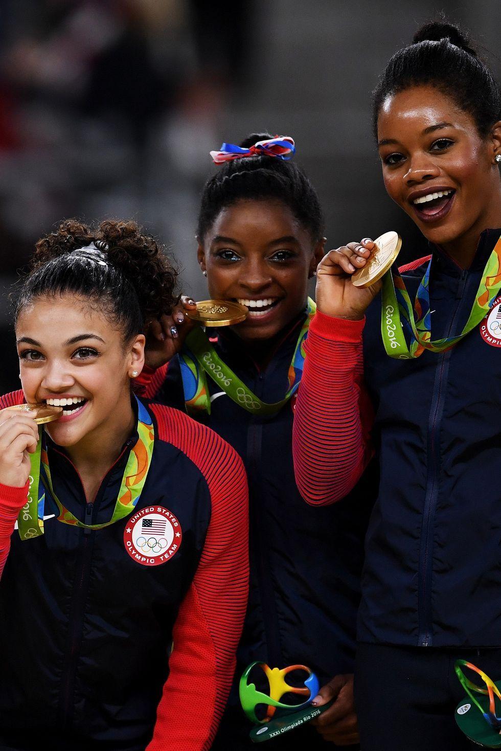 2016: Гимнастичките на Америка Исторически момент за американската спортна гимнастика настъпва когато отборът на САЩ взима златото за втора поредна олимпиада през 2016 г. Медалите им подхождат на класическите червено-сини ребристи анцузи.