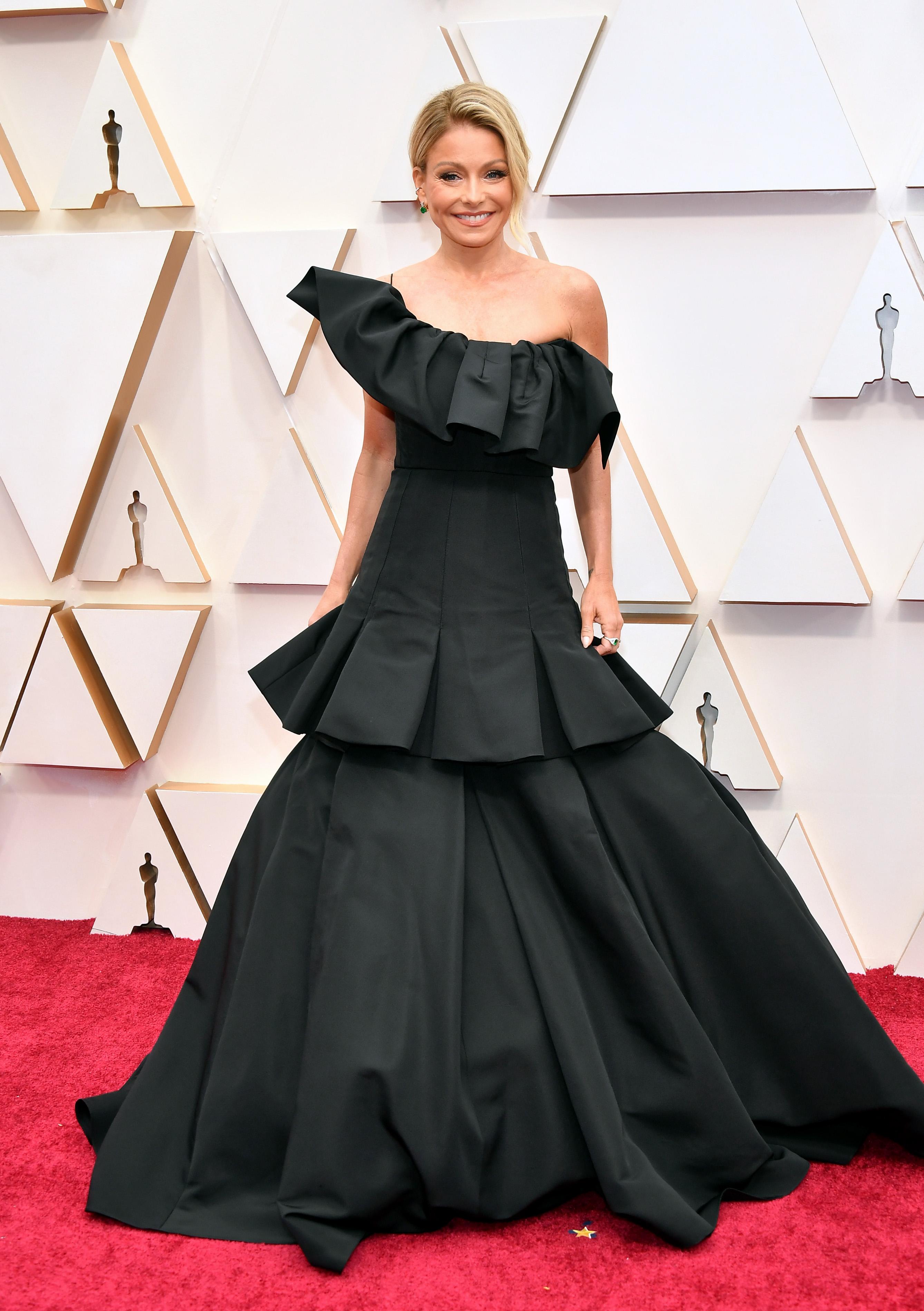 Кели Рипа в Christian Siriano Обемният силует на роклята би отивал на значително по-висока фигура, а бюти визията би следвало да е по-изчистена и строга откъм линии.