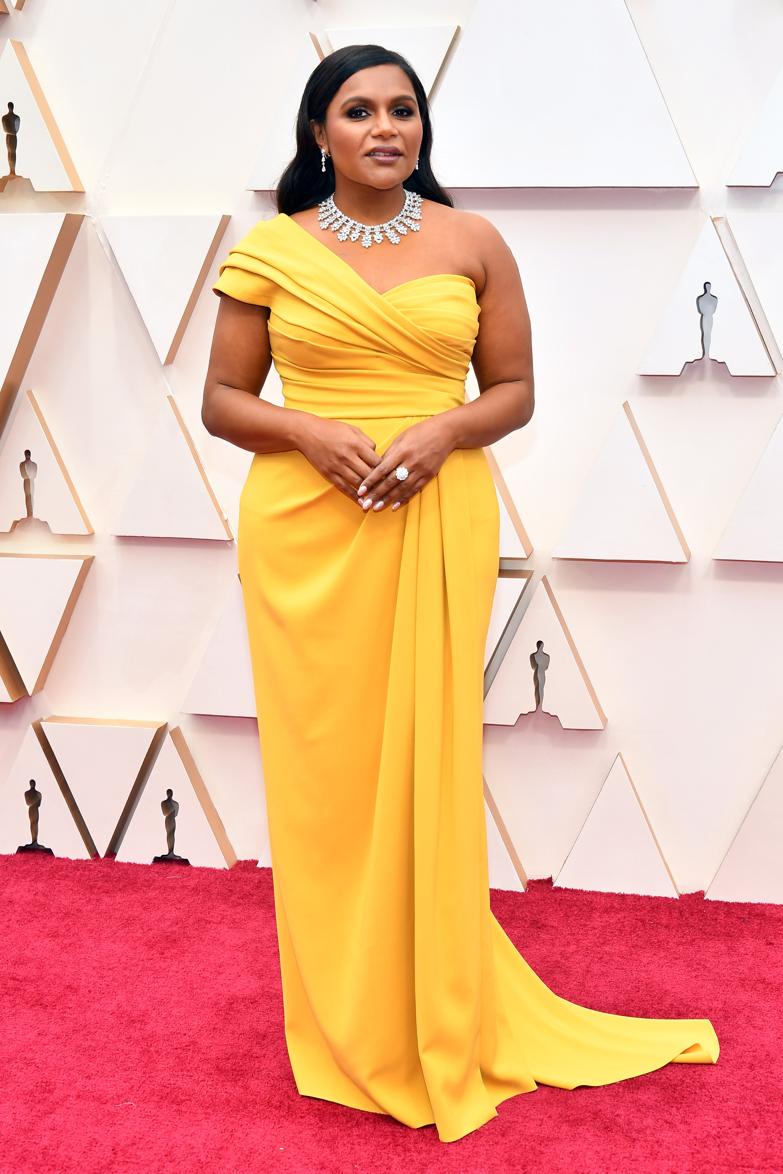 Минди Калинг в Dolce&Gabbana Жълтото определено е нейният цвят, а кройката е правилна за фигурата й.