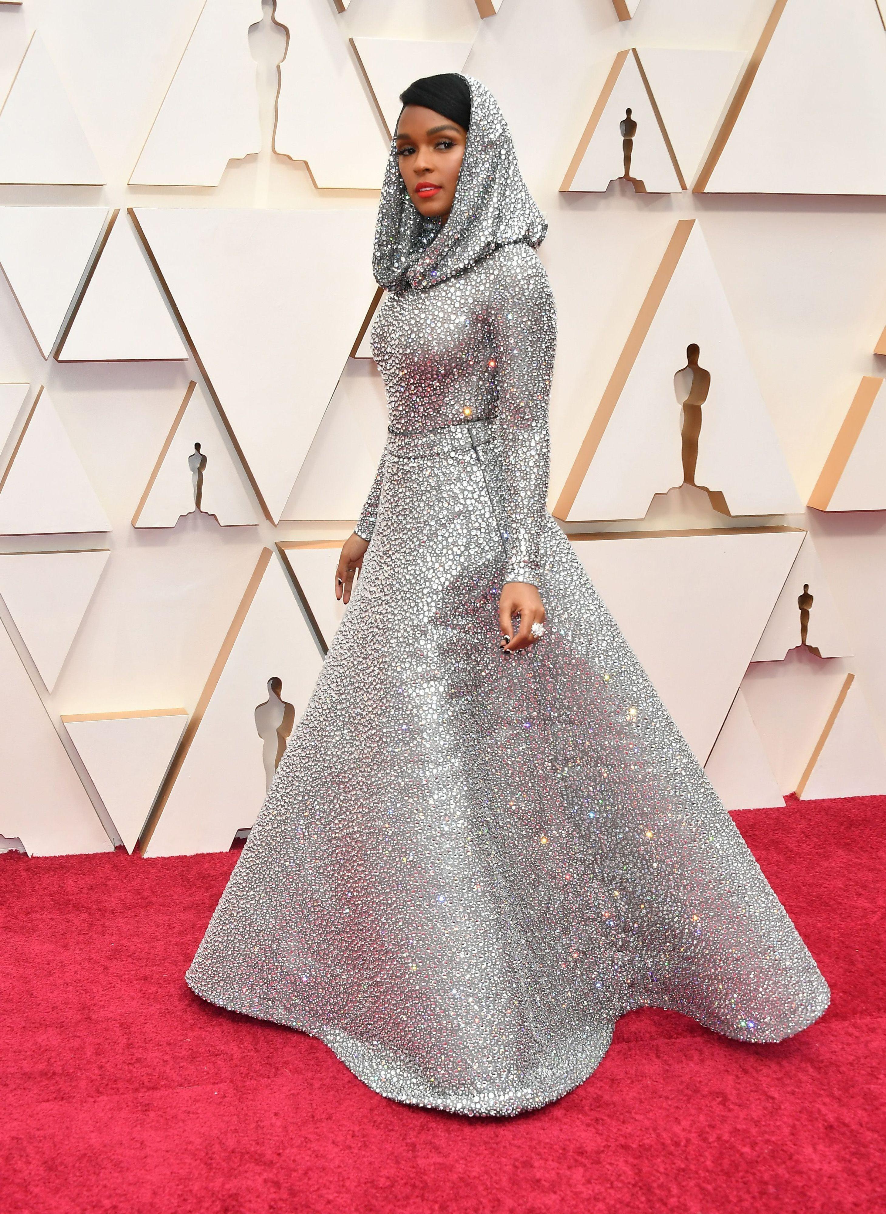 Джанел Мона в Ralph Lauren Певицата никога не е влизала в списъка на най-добре облечените, но сегашният й избор ни оставя без думи. Какво ли си е мислил Ралф Лорън и дали първоначалният замисъл отговаря на резултата?
