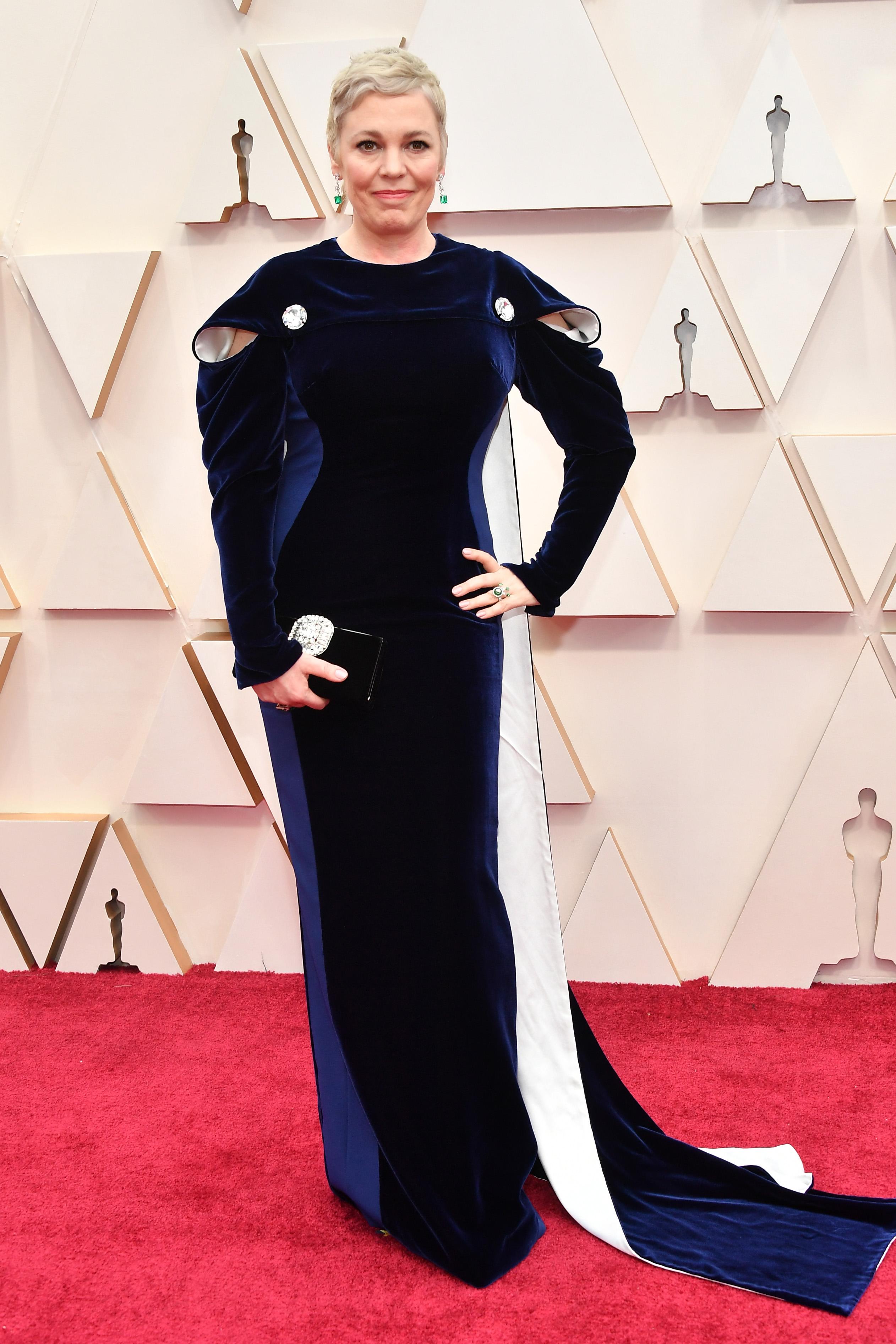 Оливия Колман в Stella McCartney Не е лош изборът на стилиста на актрисата - силуетът отива на възрастта и фигурата й.