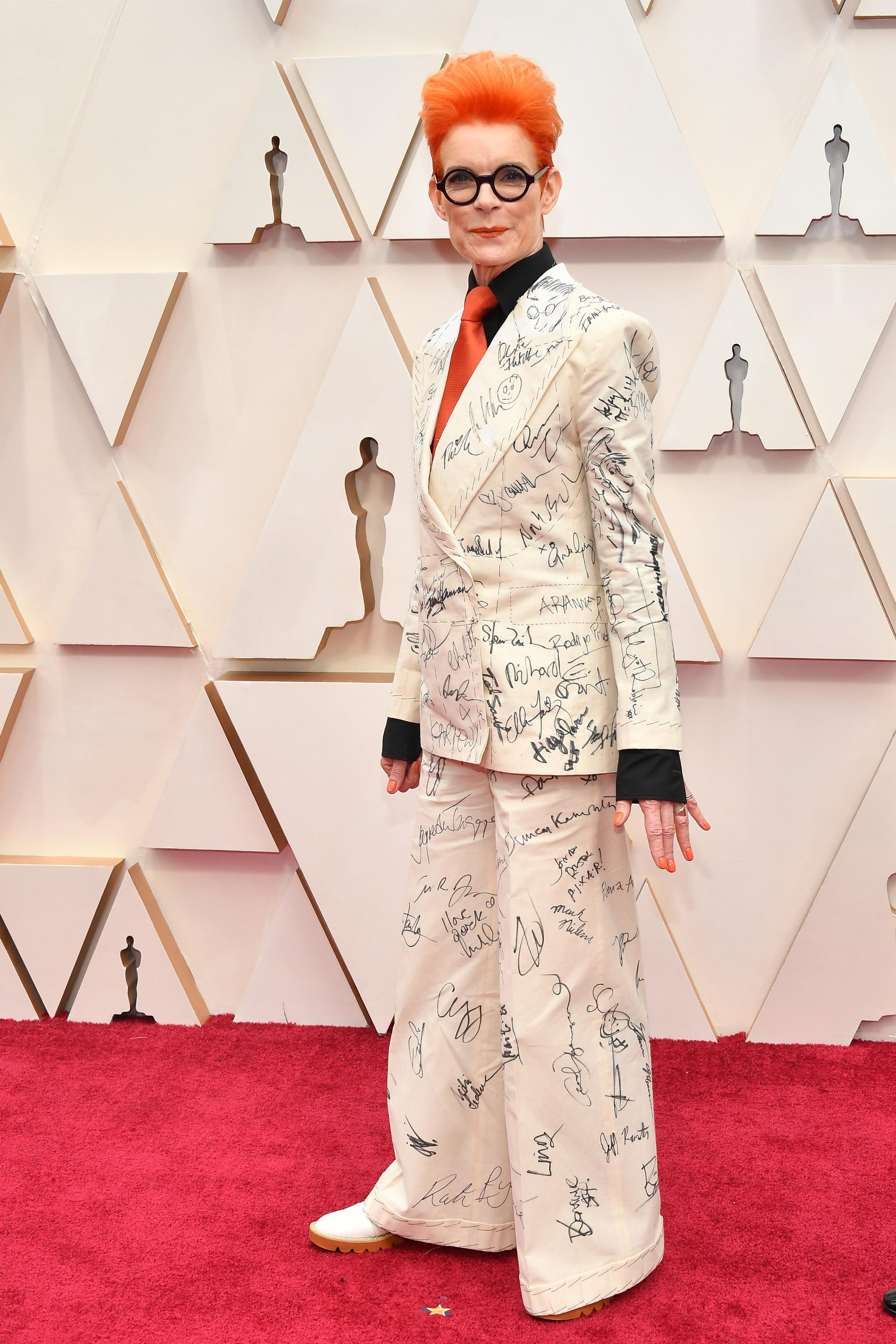 Санди Пауъл  Дизайнерката на костюми кара всеки един от присъстващите на церемонията знаменитости да се разпише върху аутфита й, за да може да го продаде след това на търг с благотворителна цел.