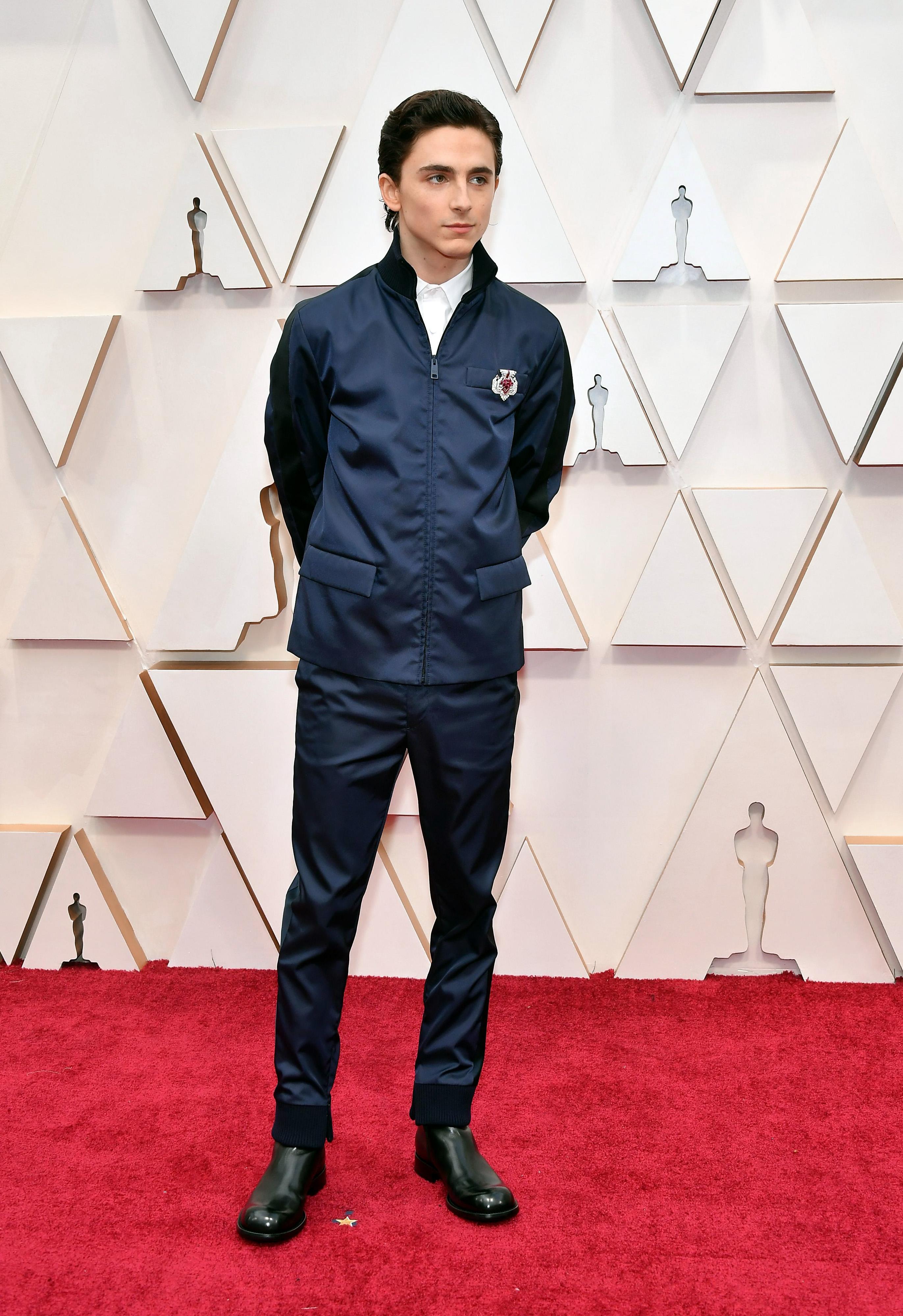 Тимъти Шаламе в Prada Младият актьор всячески се опитва да бъде интересен на червения килим, но доколко спортната Prada се явява оригинално решение, не сме сигурни.