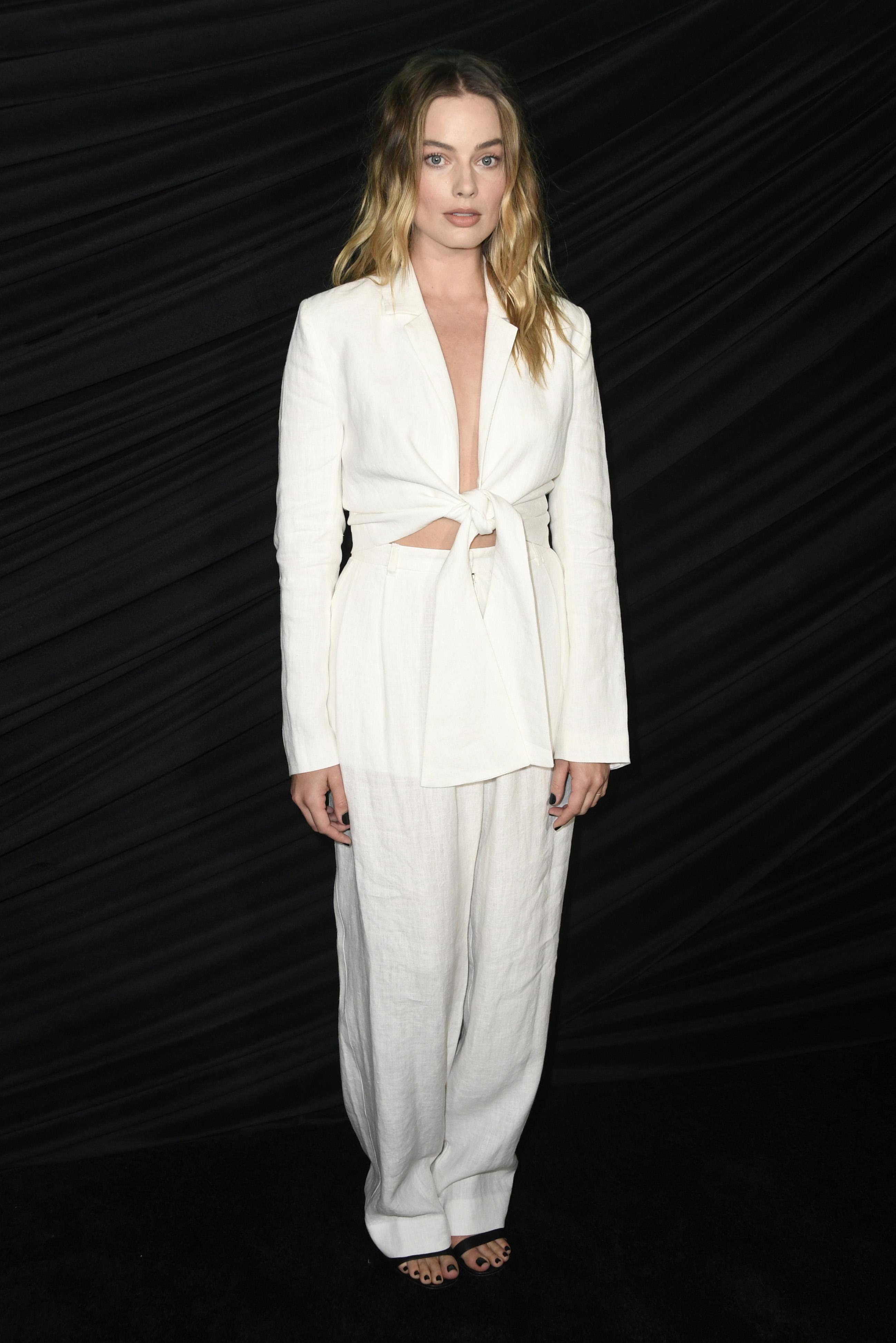 Какво: Сзключително шик бял костюм, комбиниран с черни сандали, чийто автор не знаем  Кога: Октомври 2019 Къде: Специална прожекция на Bombshell в Холивуд