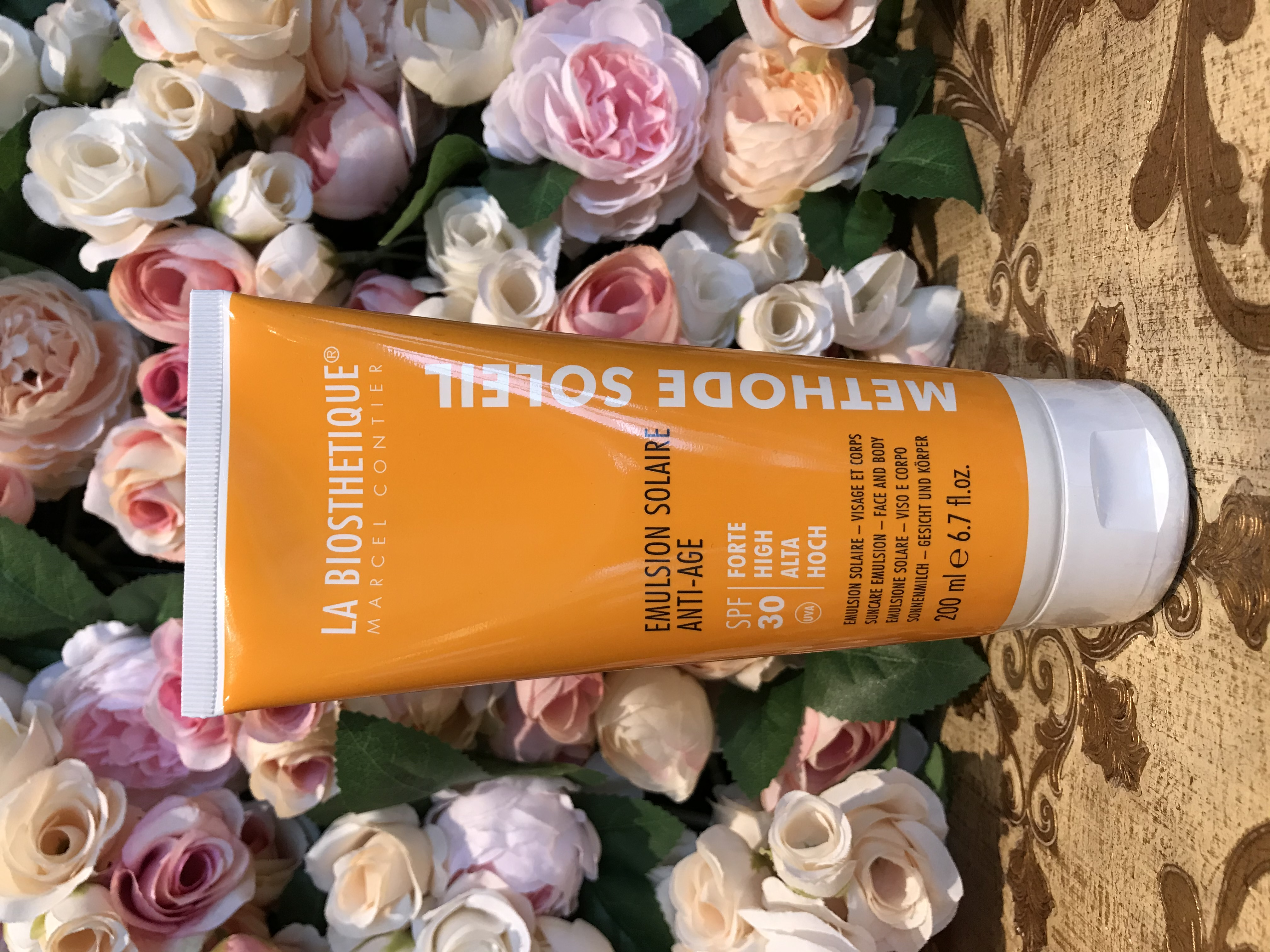 LA BIOSTHETIQUE Paris Emulsion Solaire anti-age  - ексклузивно в салоните на Vogue Vision - Митко Дамов в страната Водоустойчив лосион за защита от слънце за лице и тяло с високоефективна SPF система, която защитава и предотвратява преждевременното стареене на кожата. Обогатен с пантенол за успокояване на раздразненията и витамин Е за надеждно предпазване от вредното въздействие на свободните радикали.