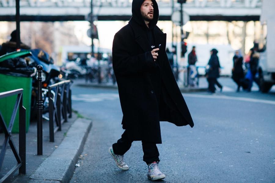Обичаме розовите чорапки на Демна. Артистичните и интересни кецове освежават цялата dark визия, изградена от красиво oversize палто, широки панталони и суичър.