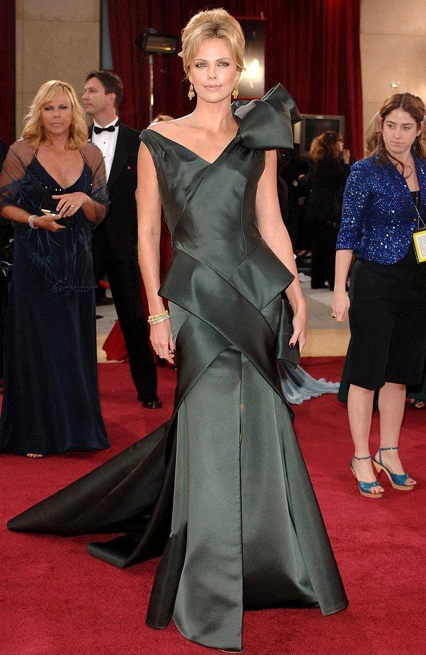Ужасна комбинация между olive нюанс и асиметрична игра на обеми от сатен, образуващи рокля. Красиво лице, неизбежен факт.