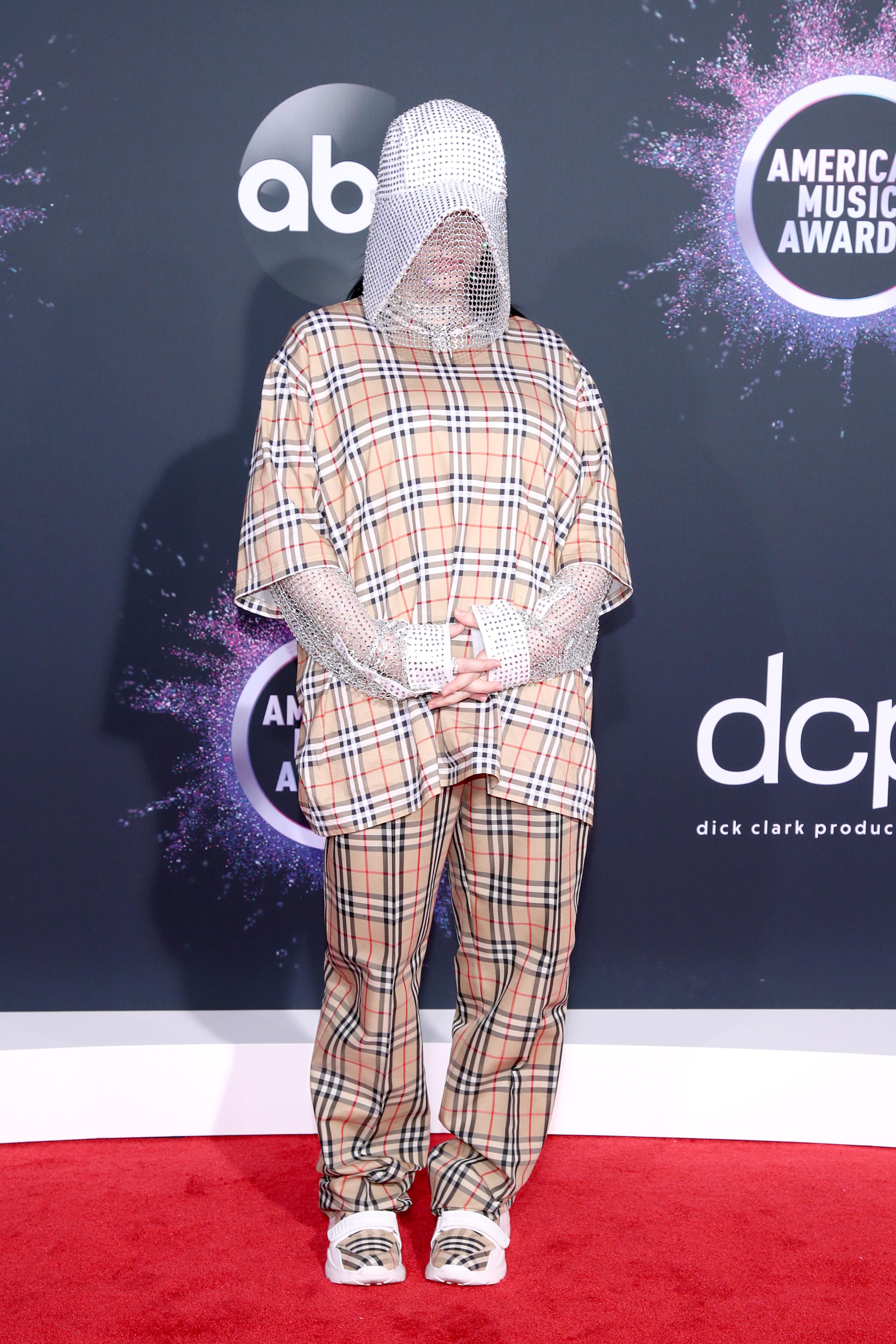 American Music Awards 2019 Иконична в Burberry.