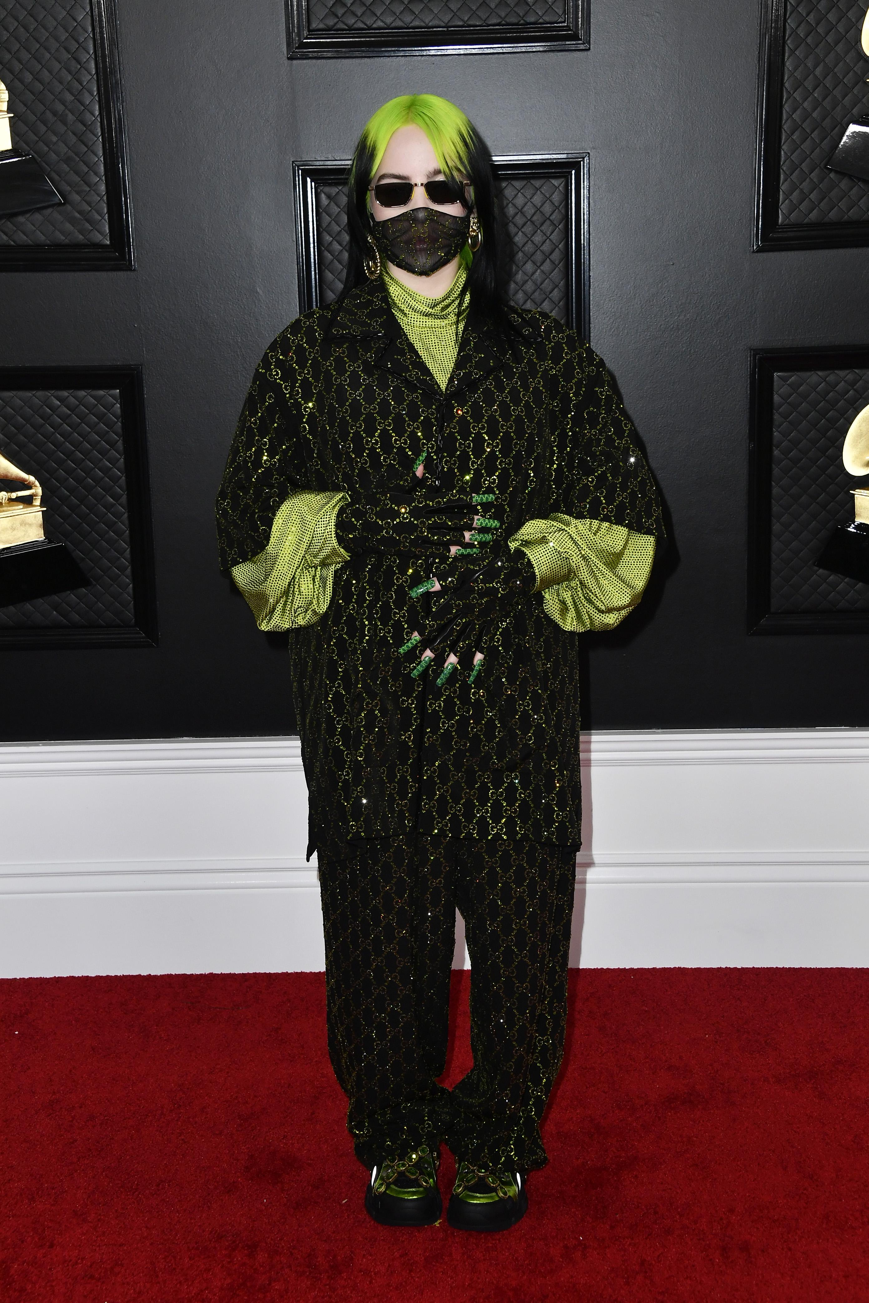 Grammy 2020 Цялата в Gucci отново (включително и маската). Освен 6-те награди Грами, Били ни показва и дългите си зелени нокти с монограмата на G... досещате се вече.
