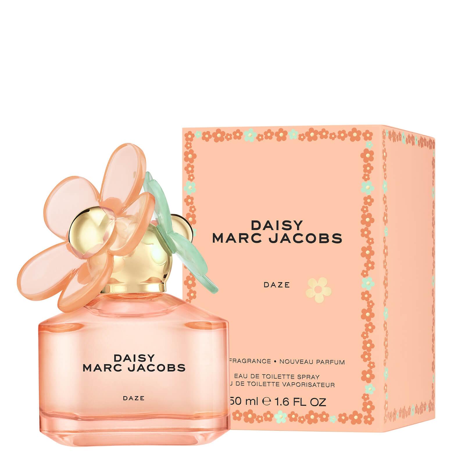 Marc Jacobs Daisy Daze Eau de Toilette 132 лв. Marc Jacobs Daisy Daze до голяма степен напомня на въздушния флорален аромат на оригинала, но с вълнуваща добавка от мандарина и мускус. Запомнящ се аромат, който идва в лимитирана серия, затова бързаме да му се насладим, докато все още можем.