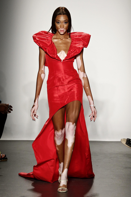 """Уини Харлоу Уини бива открита от Тайра Банкс в Инстаграм, след което става състезател в предаването """"Американски топ модел"""". Класирайки се на 6-то място, Уини привлича вниманието на модните агенции и марки, а днес е редовен гост на техните дефилета и кампании."""