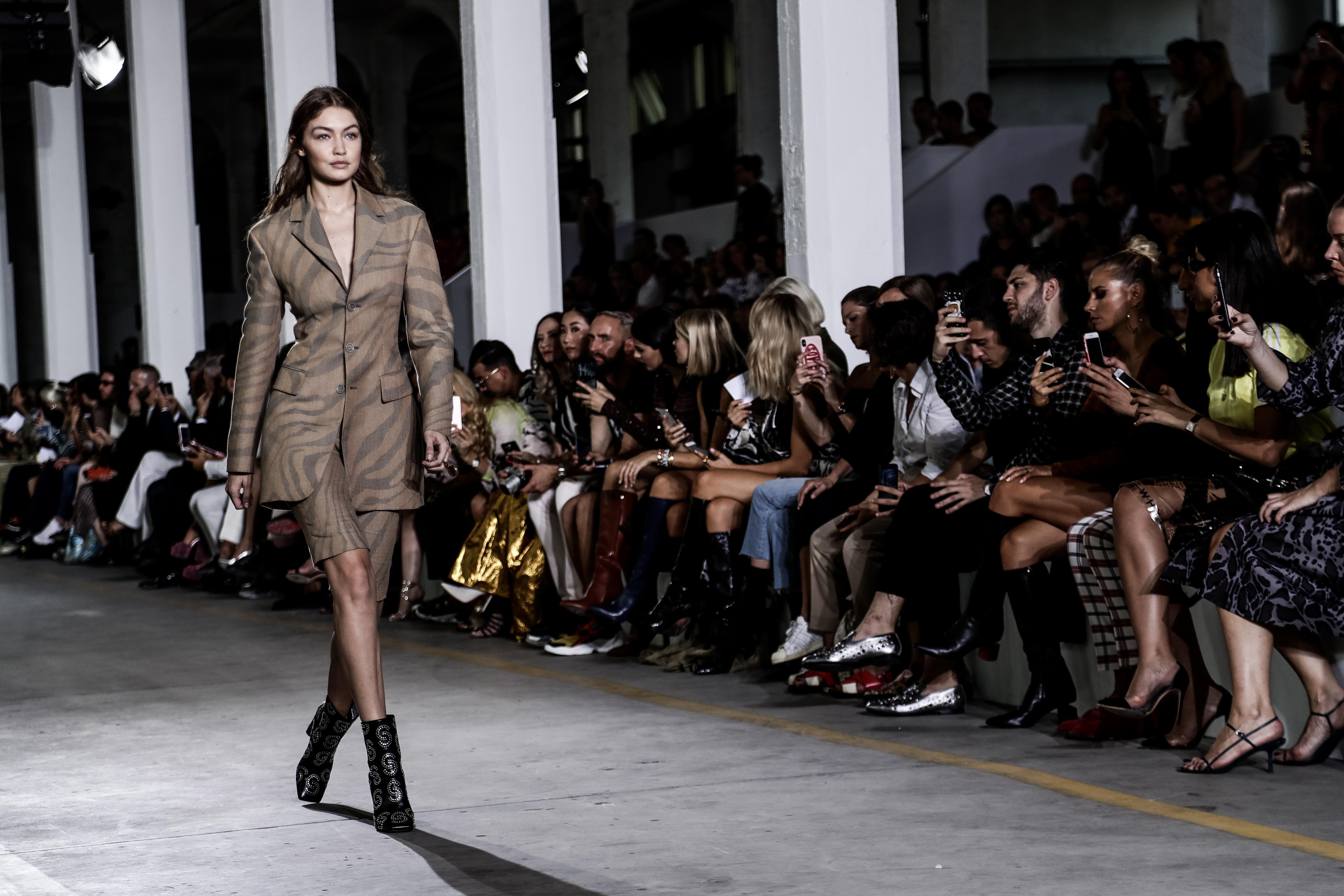 Джиджи Хадид  По-голямата от сестрите Хадид започва кариерата си като модел на 2-годишна възраст. Първият й ангажимент, както и откриването й като модел, са благодарение на съоснователя на Guess - Пол Марсиано за кампания за бебешка мода. Днес Джиджи може да се похвали с голям брой корици на модни списания, както и участия в дефилетата на почти всички големи брандове.