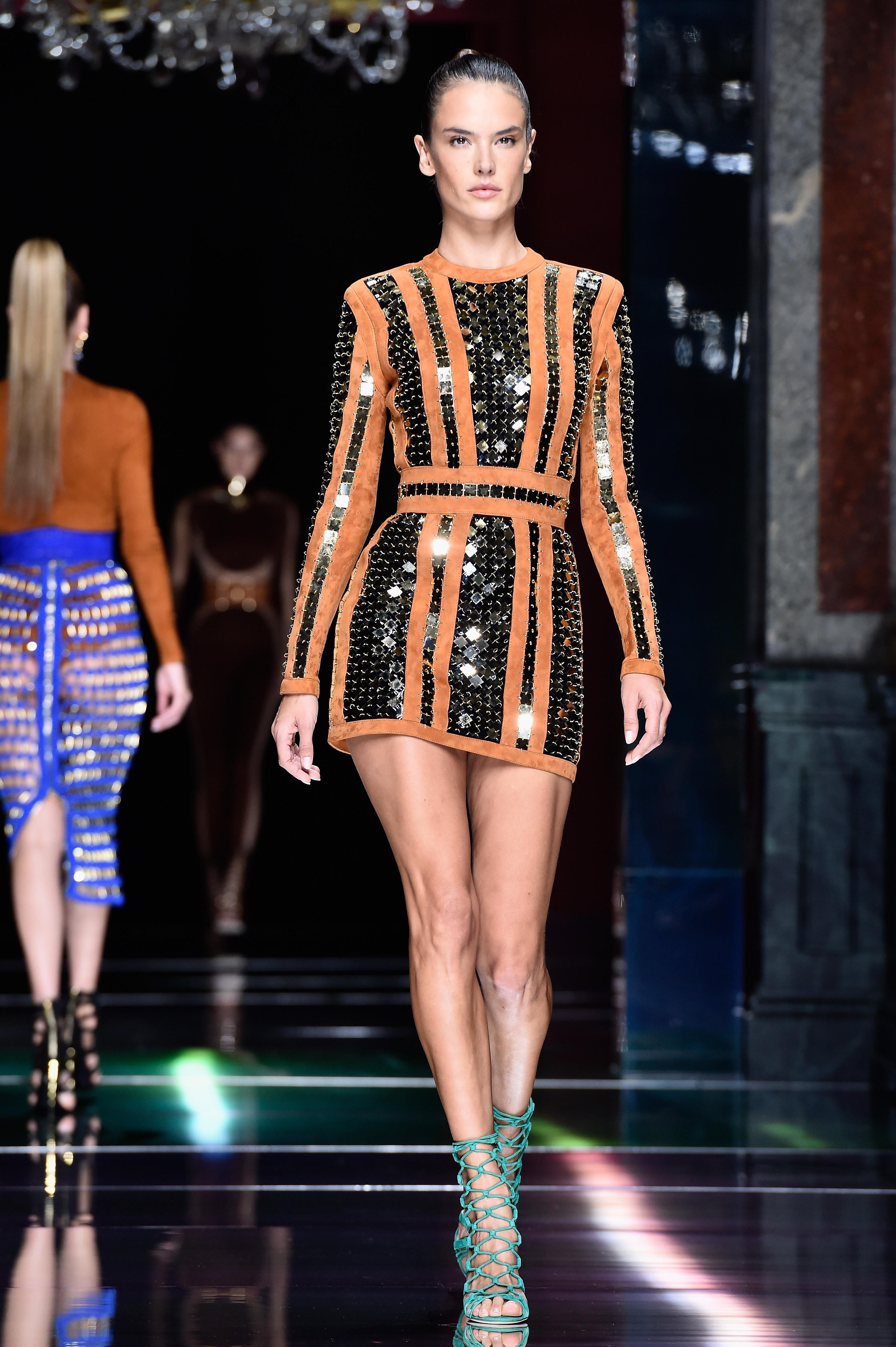 Алесандра Амброзио На 12-годишна възраст Амброзио започва с курсове по моделстване в Бразилия. След спечелени безброй състезания, младата Алесандра продължава със същото хоби, но по цял света. Освен безброй световни кампании и дефилета, тя е един от ангелите на Victoria's Secret със 17-годишен стаж в дефилета им.