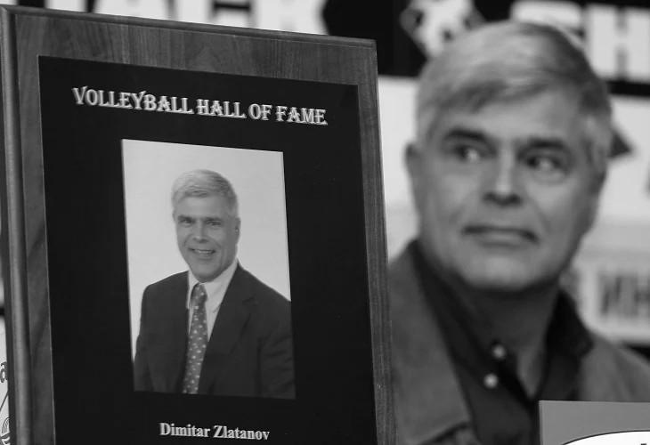 """Димитър Златанов Димитър Златанов е национална гордост от години насам. Той е най-добрият български волейболист за 20 век, един от 25-мата най-добри играчи в света, отборен вицешампион по волейбол на Олимпиадата в Москва през 1980 г. и единственият българин във волейболната Зала на славата в Холиоук. Носител е на орден """"Стара планина - първа степен"""" за изключителните си заслуги в спорта, а освен всичко това, златното момче на волейбола е и страхотен съпруг, баща и дядо и остарява повече от красиво. Сн.: blitz.bg"""