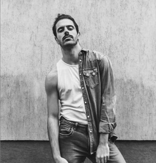"""Коста Каракашян Коста е просто възхитителен - режисьор, хореограф и танцов артист, завършил """"Танц"""" в Колумбийския университет в Ню Йорк, зад гърба си има редица впечатляващи участия в представления и на телевизионната сцена ,а един от последните му проекти като режисьор е танцовия филм WAITING FOR COLOR, разкриващ организираното насилие срещу ЛГТБ+ общността в Чечня. С него той печели наградата """"Люмиер"""" от филмовия фестивал Cinedanse в Канада, а през 2020-та той """"даде лицето си назаем"""" и за документалния филм, номиниран за """"Оскар"""", """"Добре дошли в Чечня"""", който разказва за ЛГТБ активистите в руската република, които ежедневно се борят с геноцида над queer обществата. Сн.: Instagram"""