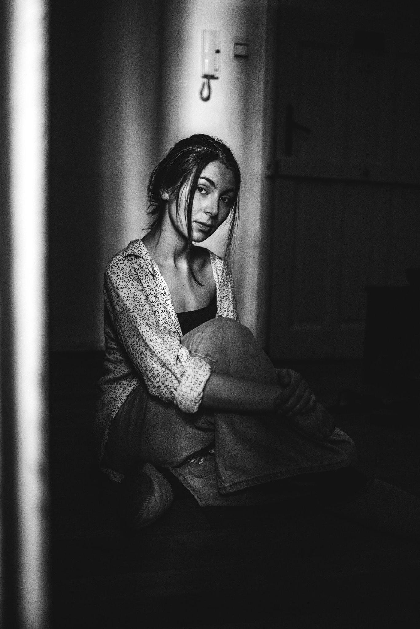 """Теодора-Косара Попова Третокурсничката в специалност """"Филмова и телевизионна режисура"""" на НАТФИЗ е сред тримата финалисти в категорията """"Чуждестранен студентски филм"""" на тазгодишните студентски Оскари. Документалният й филм """"Танда"""" е много личен и философски, разказва за случването на една милонга - събитие за танцуване на аржентинско танго между случайни познати. Самата Теодора танцува танго от години и за нея то е не просто танц, а начин на светоусещане. Вълнуващо е да имаме български новоизгряващ режисьор на студентските Оскари, нали? Сн.: Facebook"""